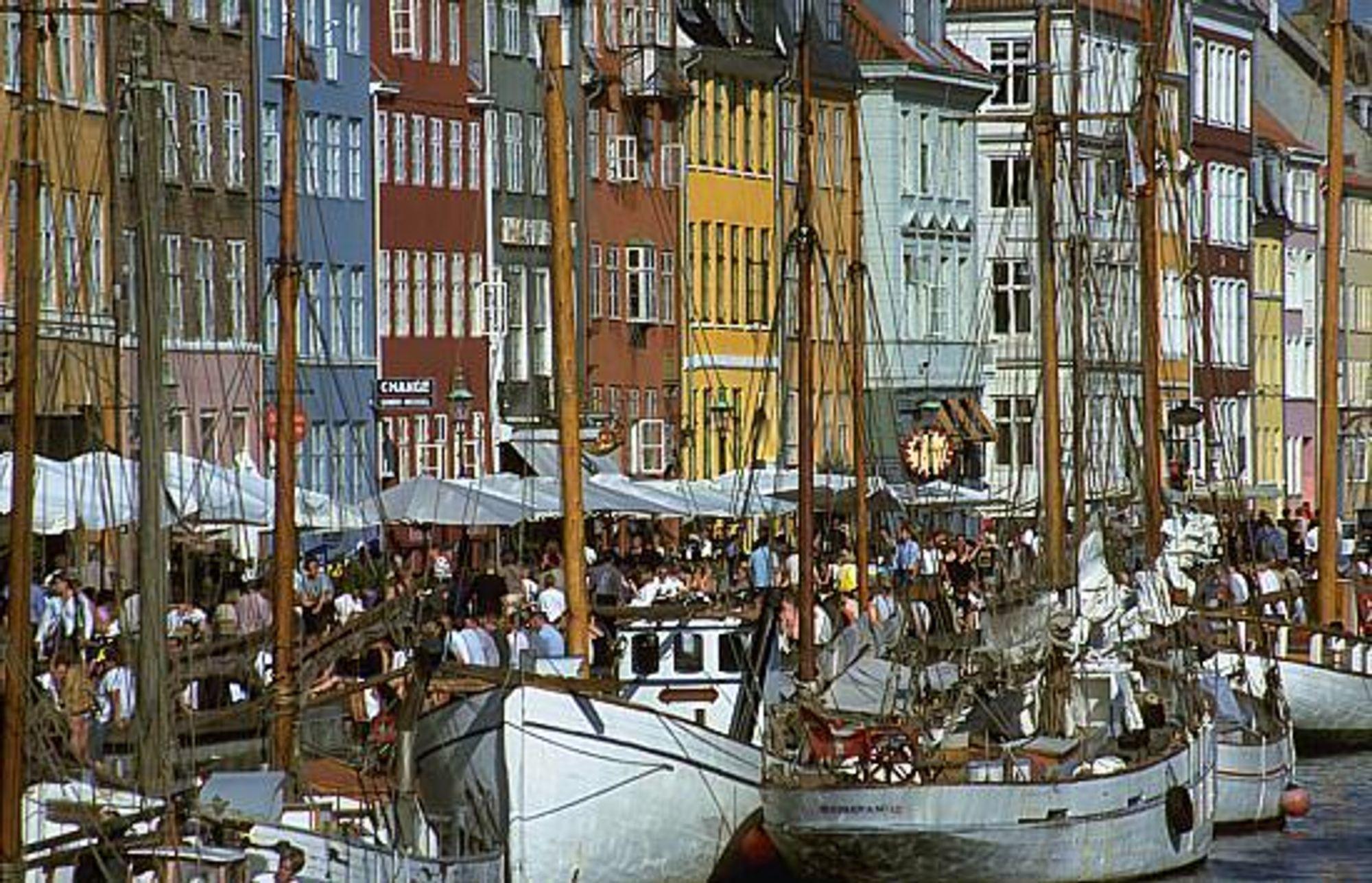 TETT I TETT: Det er ikke bare på varme sommerdager i Nyhavn det er trangt om plassen. Veinettet i København er i ferd med å bryte sammen også.
