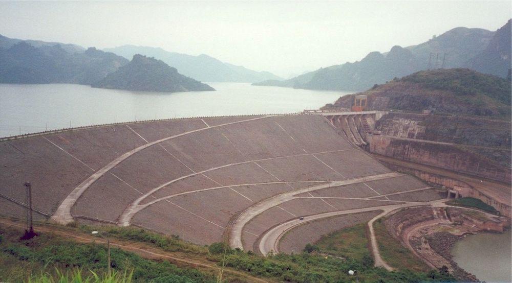 REGULERER: Denne 130 m høye fyllingsdammen til landets største kraftverk Hoa Binh i elven Da er viktig for å kunne redusere flomskadene på flatlandet rundt Hanoi. Årlig sparer denne dammen flomskader for 400-800 millioner kroner. FOTO: GEIR HELGE KIPLESUND