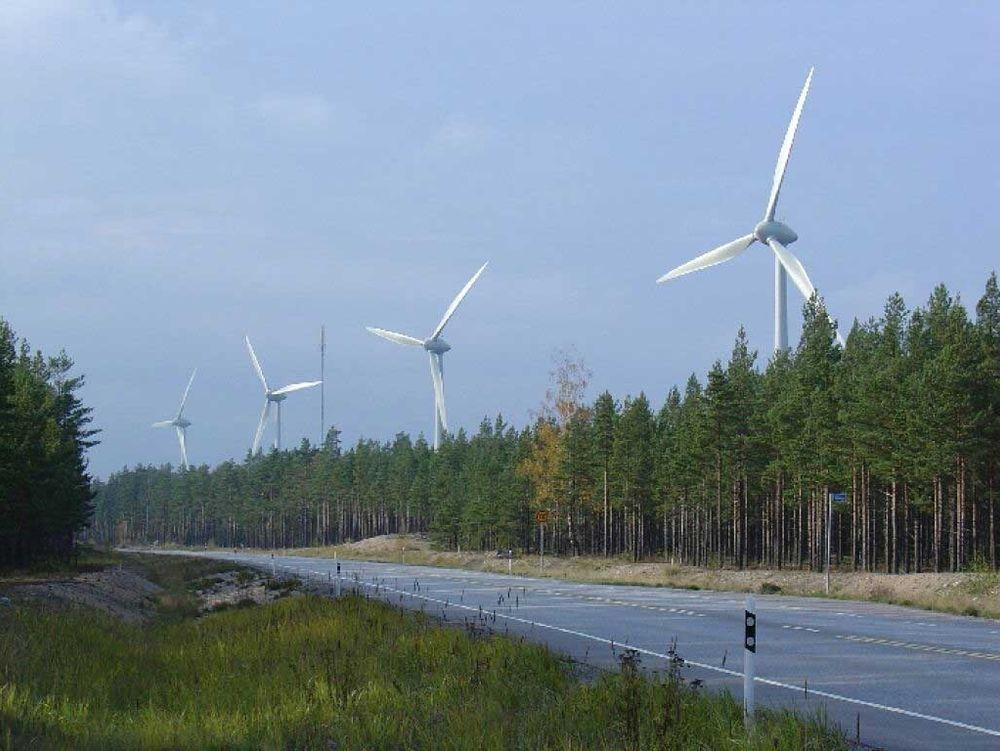 Fyra 2 MW:s vindkraftverk i Sandö på Hangö udd fotograferade från stamväg 25.