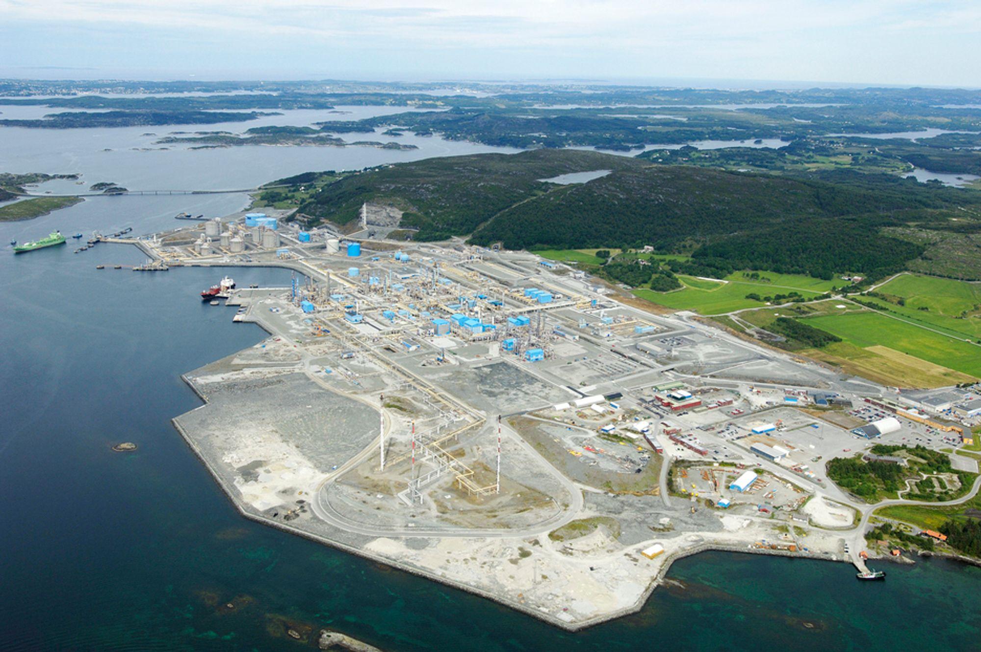 """STORE AREALER: Kårstøanlegget blir småtteri, sammenliknet med arealet som kreves for å rense CPO"""" med alger. Hele 6500 hektar, like mye som Tronheim by, kreves for å rense CO2 fra kraftverket som er under bygging på det litt mørkere arealet midt i bildet."""