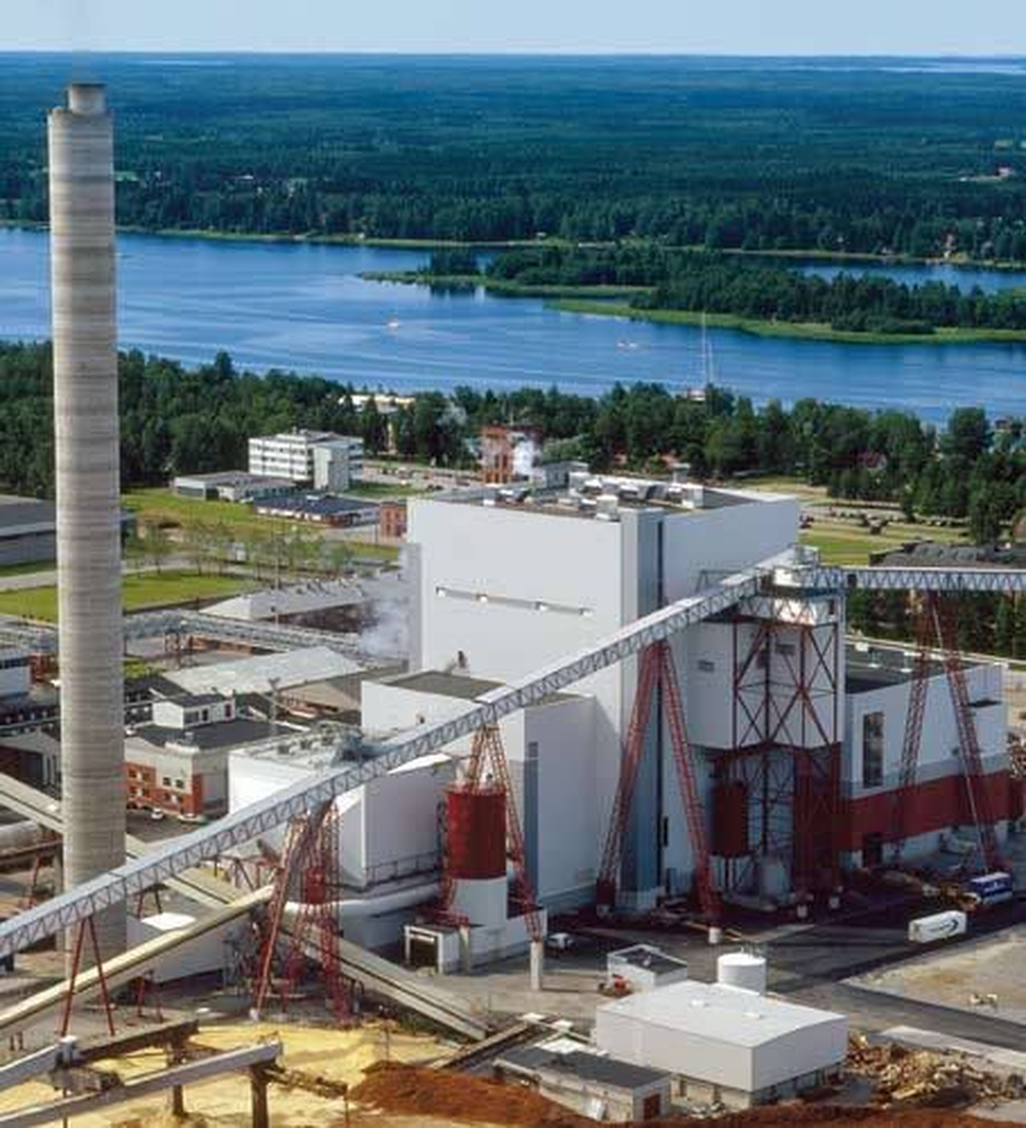 Verdens største dampkjele som benytter CFB-teknologi ved biomasseforbrenning står her, ved Alholmens Kraft i Finland. Kværner Power leverte kjelen, som har en dampkapasitet på 550MW, i 2001. Nå skal de levere en dampkjele med 22MW kapasitet til Fredrikstad.
