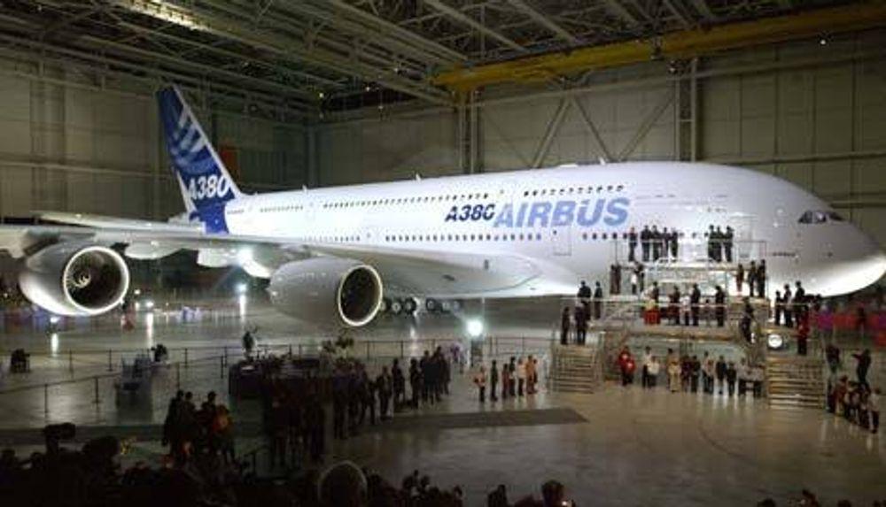 """Airbus A380 ble offisielt avduket tirsdag 18. januar 2005. Da var det allerede kommet bestilling på 149 fly, derav 15 til """"budfirmaer""""."""