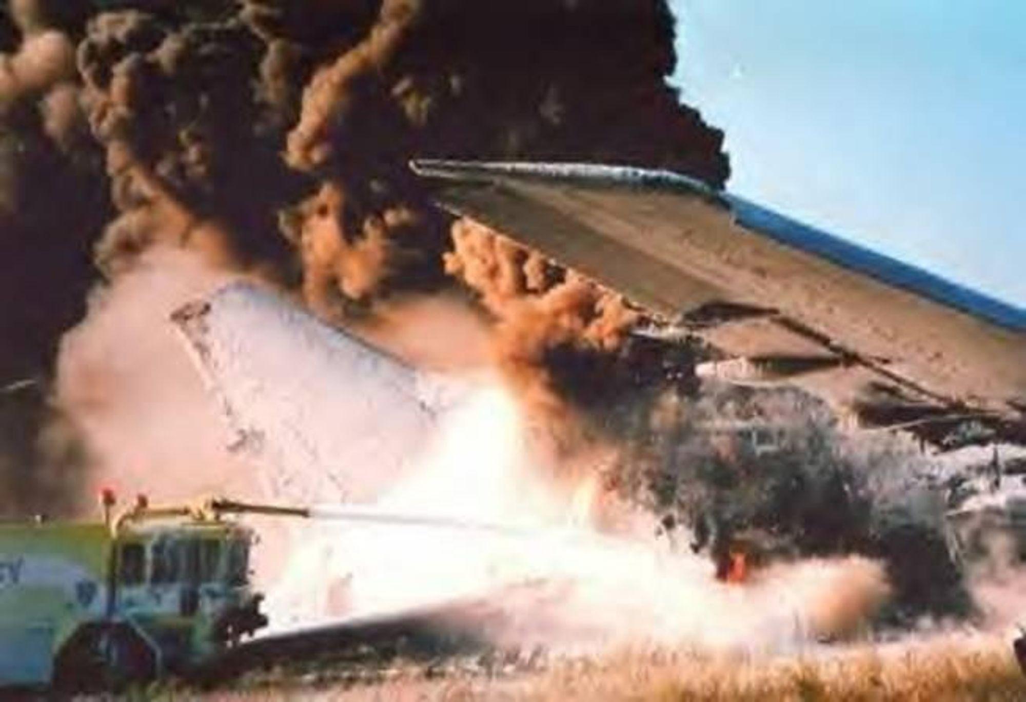 KRÆSJ: Ofte når fly styrter er det like gjerne brann og røyk som tar livet av folk om bord. Redningsmannskapene er trent i å slukke ved brannkilden først, i dette tilfelle under vingetankene.