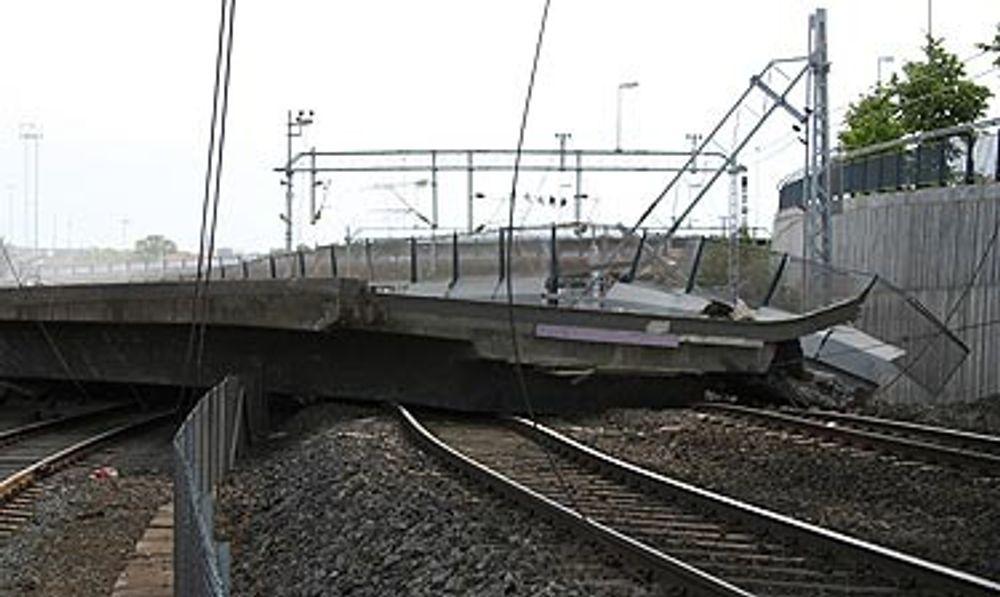 Tidkrevende: Mellom tre og fire tusen tonn betong og armering må fjernes fra skinnegangen før togtrafikken kan gå som normalt på Østfoldbanen.