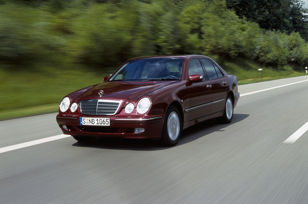 """LAVERE: Lavere, mykere og snillere mot folk den kjører på, er nye Mercedes E-klasse. Etter hvert blir alle biler som selges i EU like """"snille""""."""