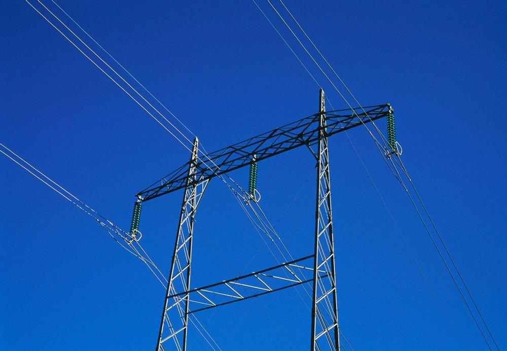 UHELLIG HVILEDAG: Statnett bygger kraftlinje med helikopter i Kvam også på søndager. Det har de ikke lov til, mener Hardangeraksjonen.