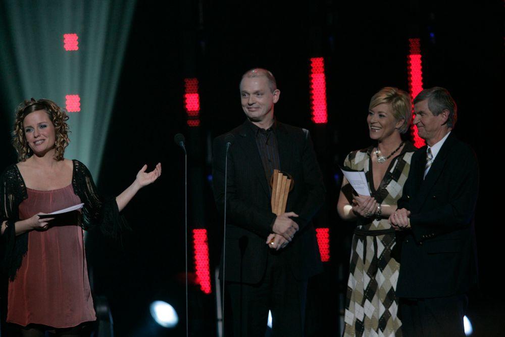 PÅ TOPP: Ståle Kyllingstad (i midten) fikk overrakt prisen som Ernst & Young Entrepreneur of The Year 2006 av Siv Jensen, formann i Frp, og Erik Gudbrandsen, styreleder i Ernst & Young.