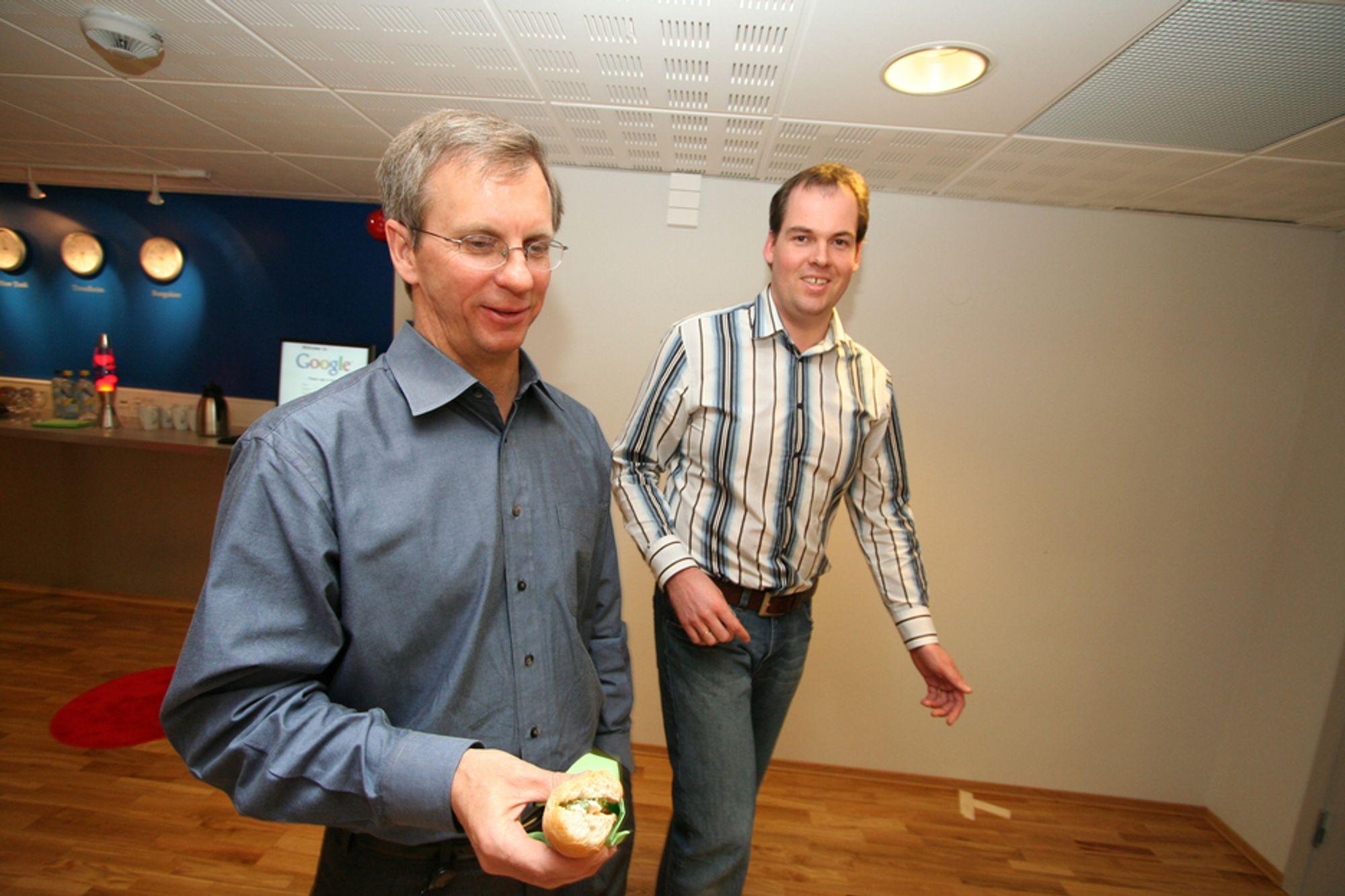 UTE PÅ JAKT: Googles trondheimsavdeling sysselsetter omlag 20 utviklere, men forrige uke beilet de mot NTNUs studenter og forskere. Fra venstre visepresident for FoU-avdelingen i Google Inc Alan Eustace og leder Knut Magne Risvik i FoU-avdelingen i Trondheim.