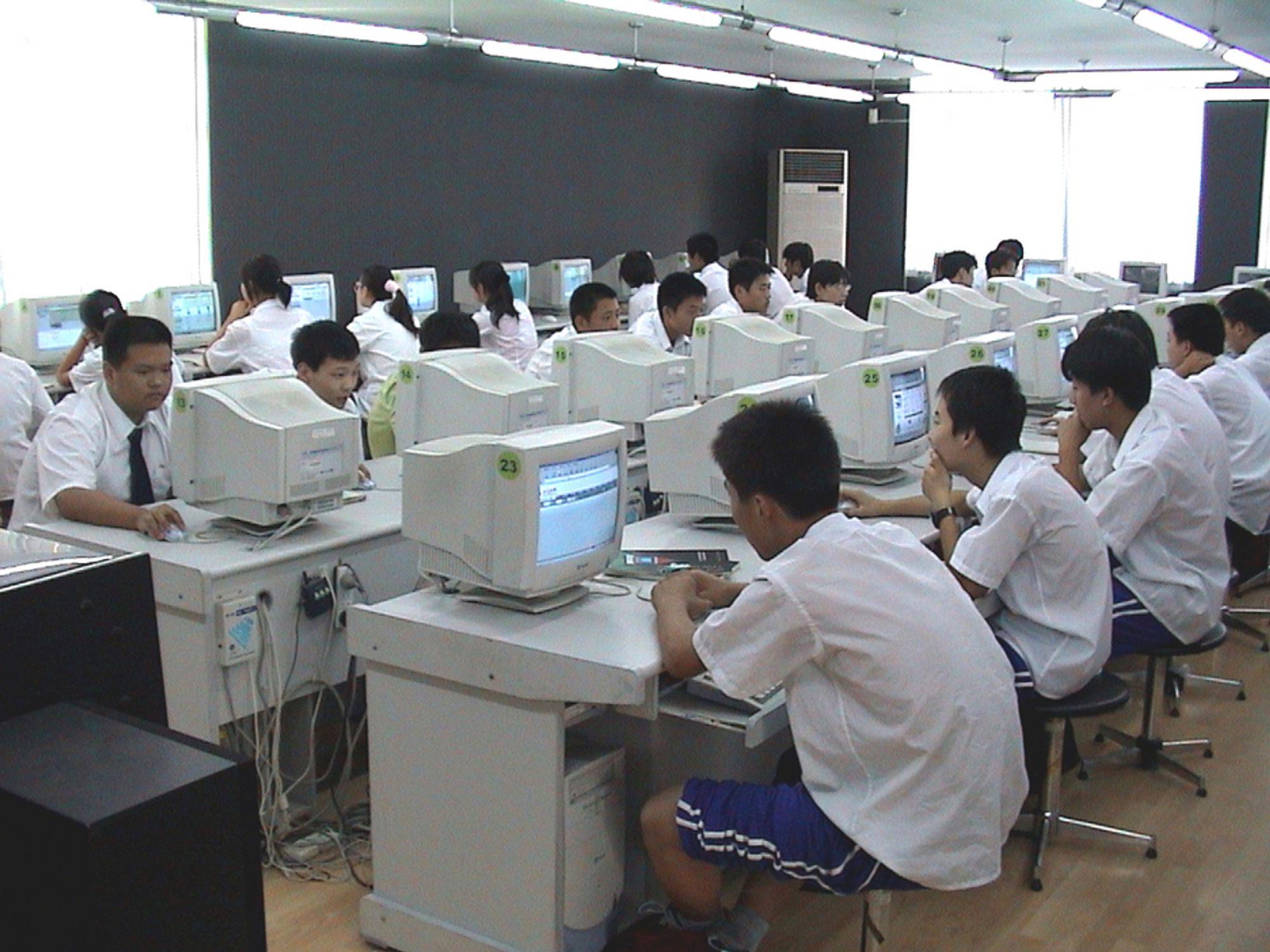 DÅRLIG EKSEMPEL: Kinesisk ungdom kan ikke finne akkurat det de vil på internett. Hvilke søkeresultater de får, er bestemt av regjeringen.