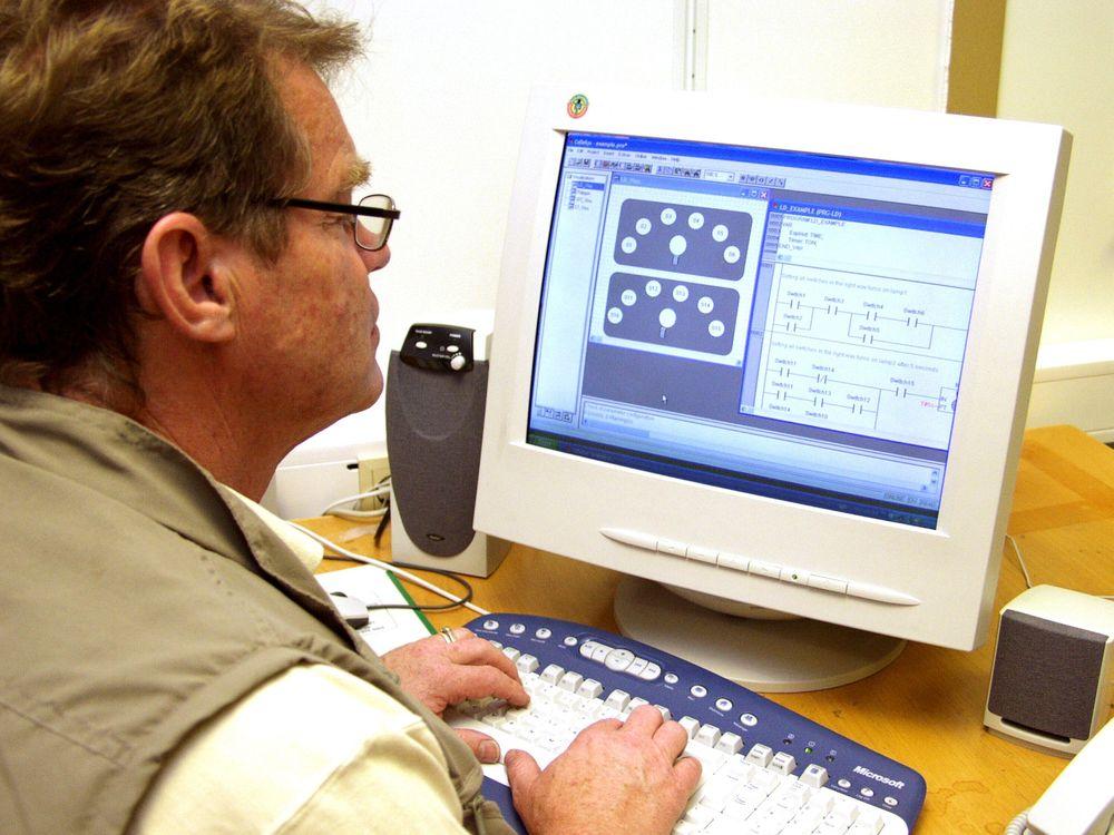 UKOMPLISERT:Soft-PLS-en kan ligge i en kontor-PC eller i en industriell PC-variant. Signalene til maskiner og prosessutstyr kan gå via feltbuss; det vil si digitale kommunikasjonslinjer.