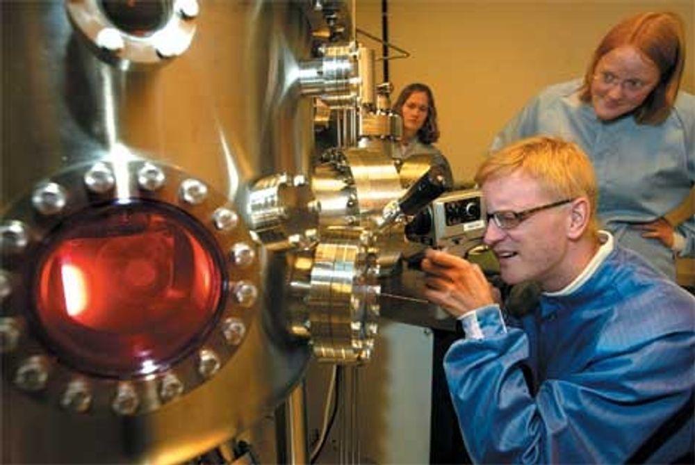 Nanolaboratoriet ved NTNU blir en grunnpillar i masterstudiet i nanoteknologi ved NTNU. Professor Thomas Tybell studerer en prosess i en elektrolyseovn.