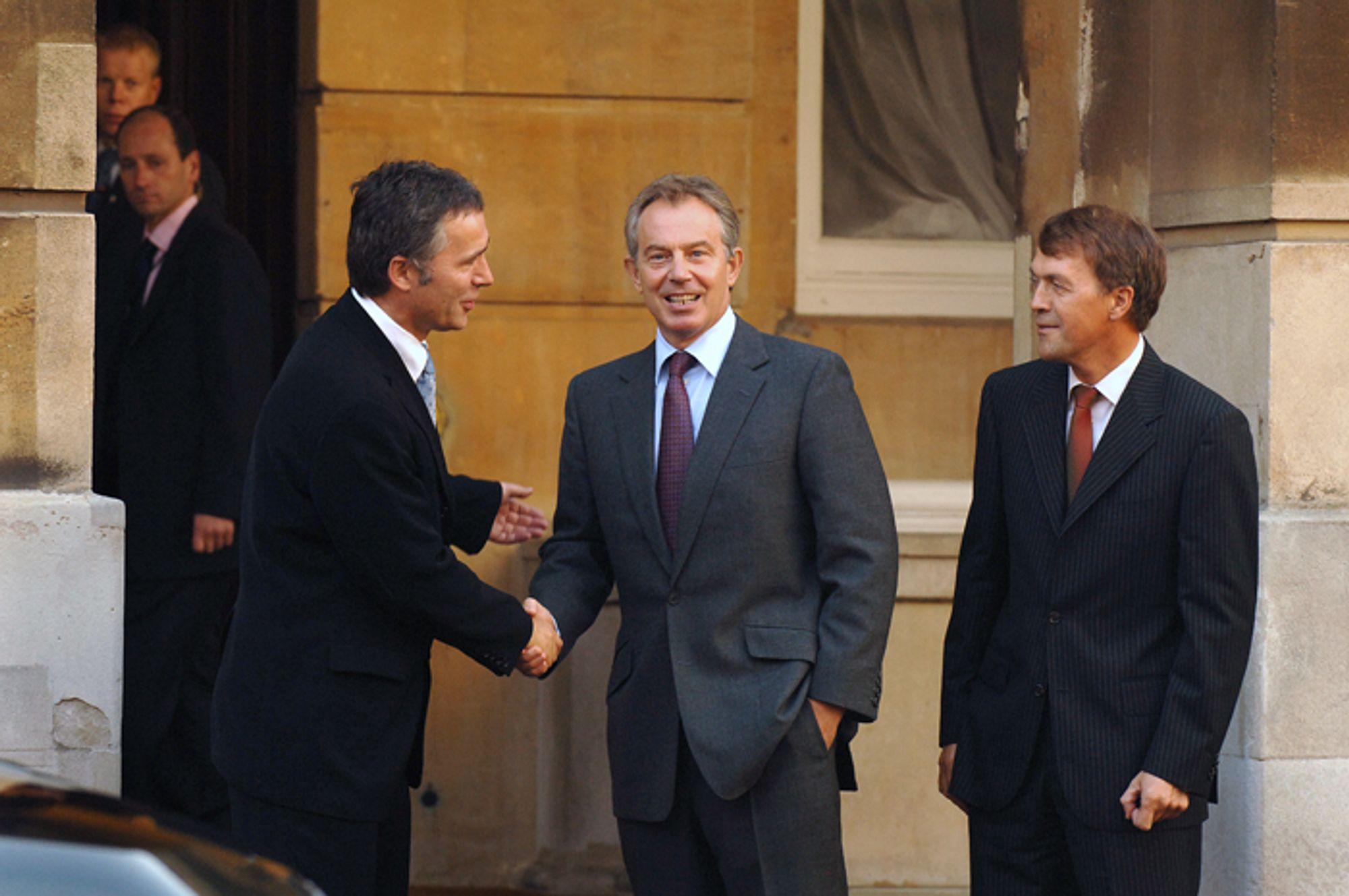 POSØR: Jens Stoltenberg og Tony Blair på vei inn til tedrikking og offisiell åpning av Langeled med Hydro-sjef Eivind Reiten i London 16. oktober 2006.