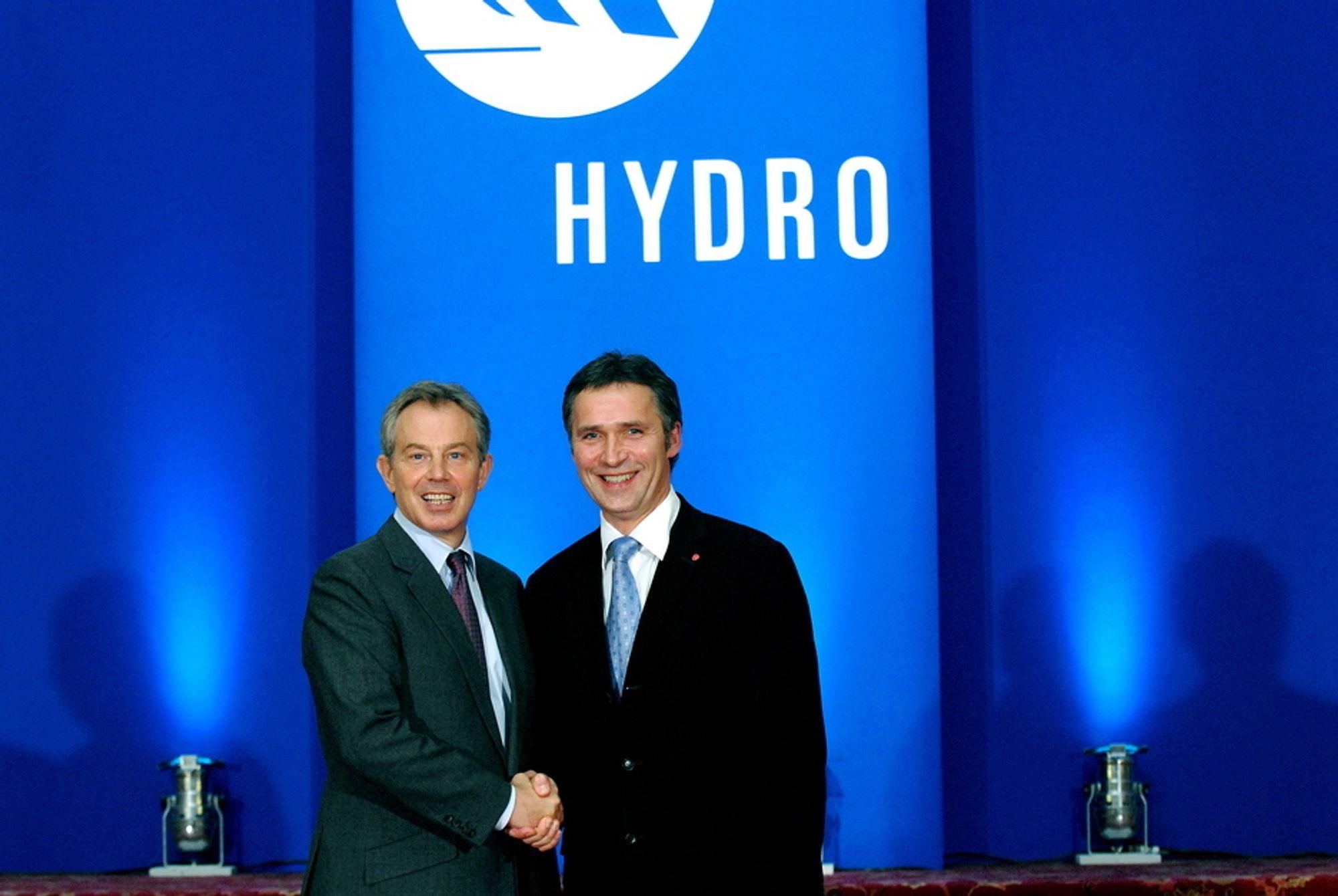BLUE FOR YOU: Tony Blair og Jens Stoltenberg foran Hydros blå logovegg - samme farge som gassblusset.