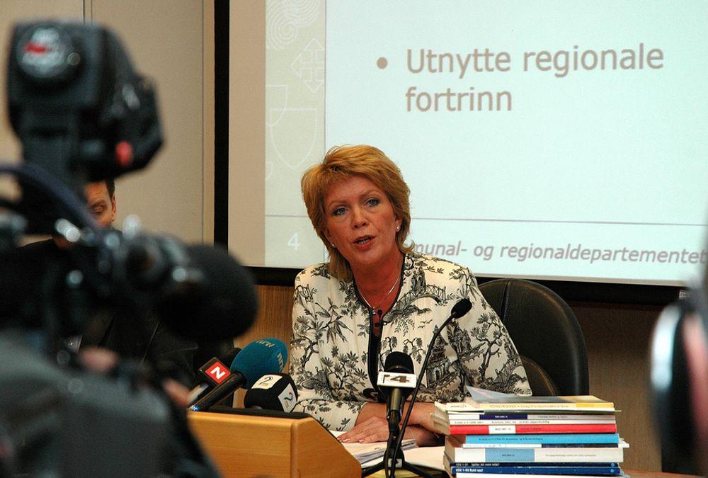 Kommunal og regionalminister Åslaug Haga (sp). På pressekonferansen da St. meld. nr. 12/2006 ble lagt frem.