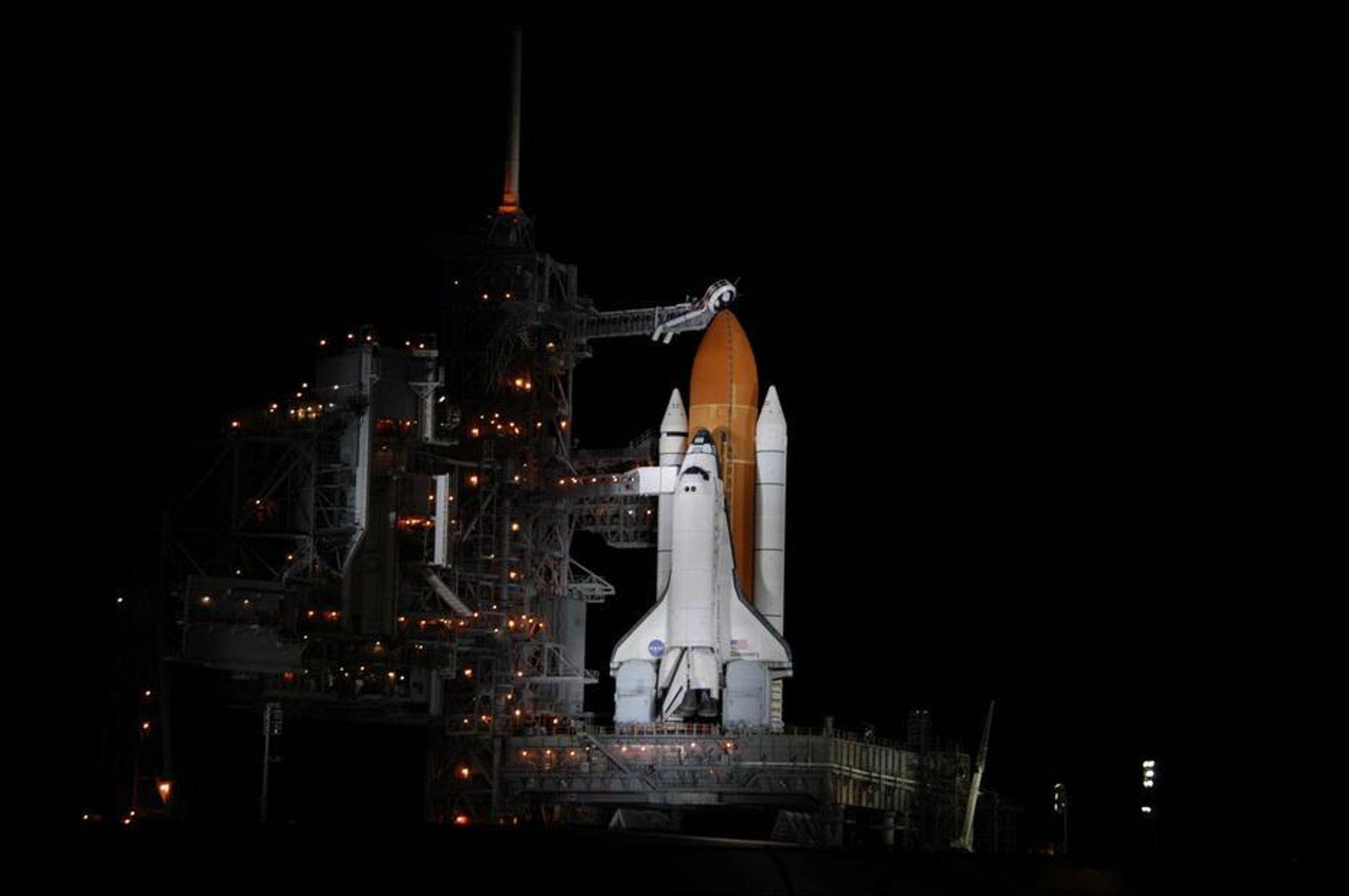 KLAR: Discovery sto klar på oppskytingsrampe 39B, med astronautene ombord, men til slutt var det været som vant - og astronautene måtte gå ut igjen.