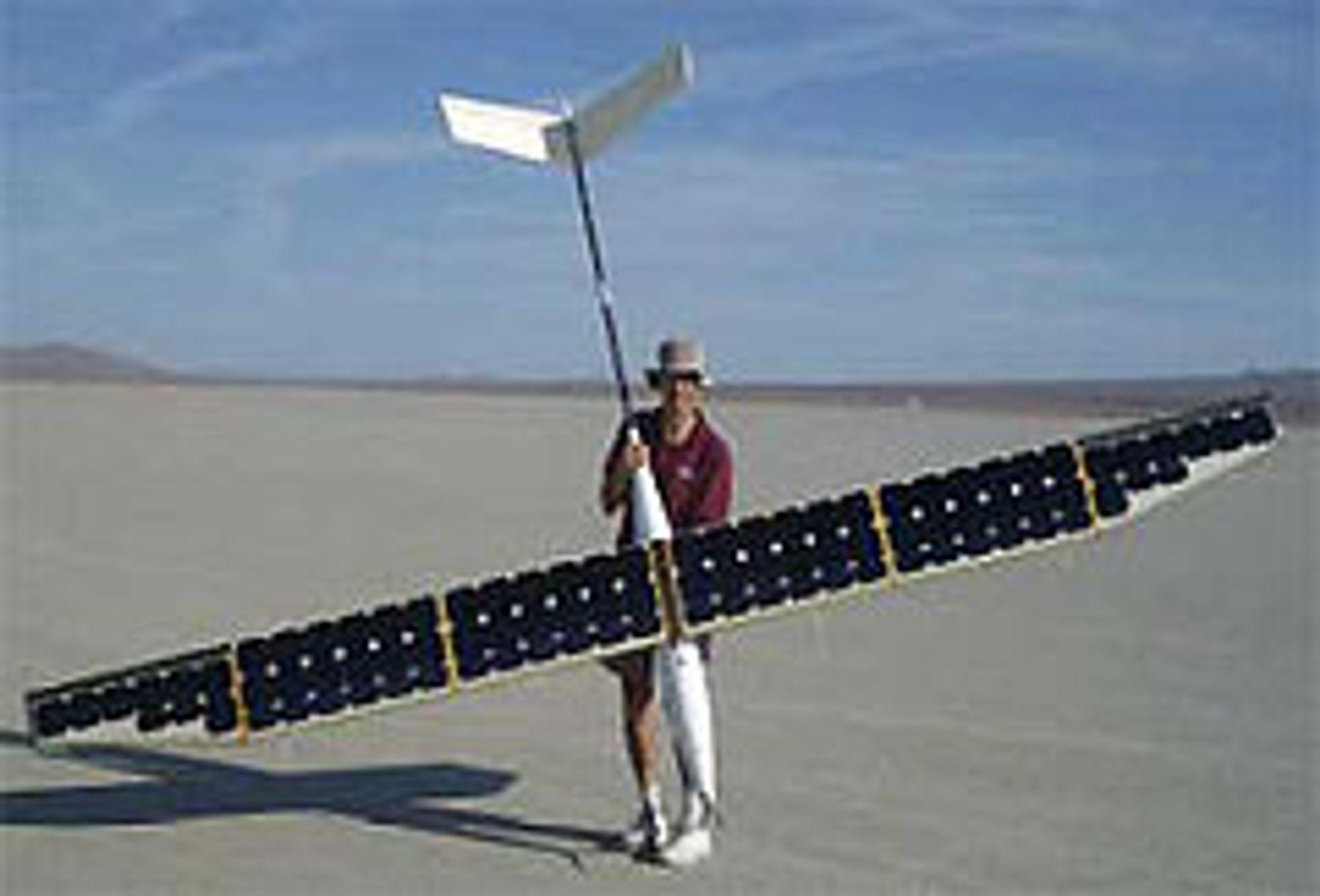 Fem meter i vingespenn, 15 kilo tungt, 76 solceller på vingene og kapasitet til å fly til evig tid; det solcelledrevne, ubemannede flyet SoLong er nå et faktum. FOTO AC PROPULSION