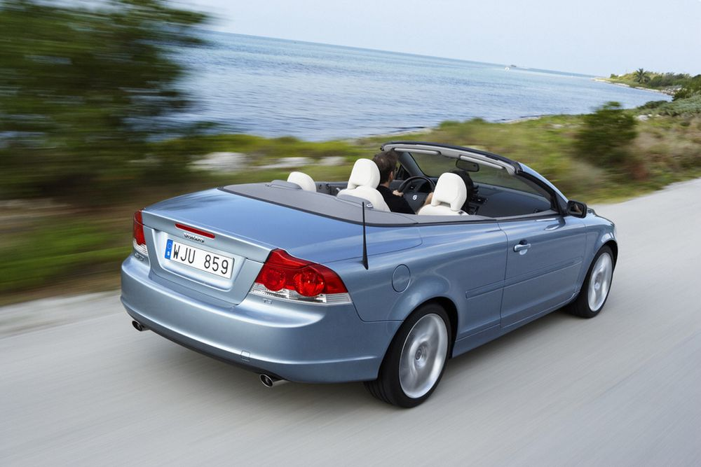 STIVERE: Volvo sier at torsjonsstivheten i den nye C70 cabriolet er dobbelt så høy som i forgjengeren. Mer høyfast stål bedre plassert er teknikken. Bilen kommer i salg våren 2006.