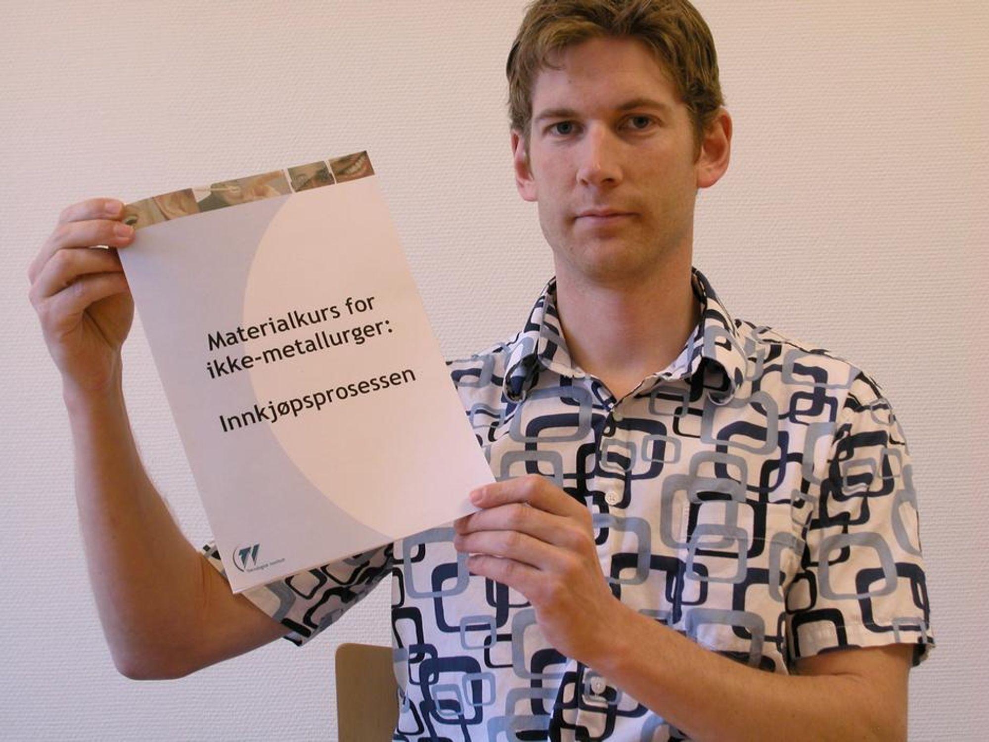 NYTT: Gruppeleder Christopher Sanne med kompendiet til det nye kurset