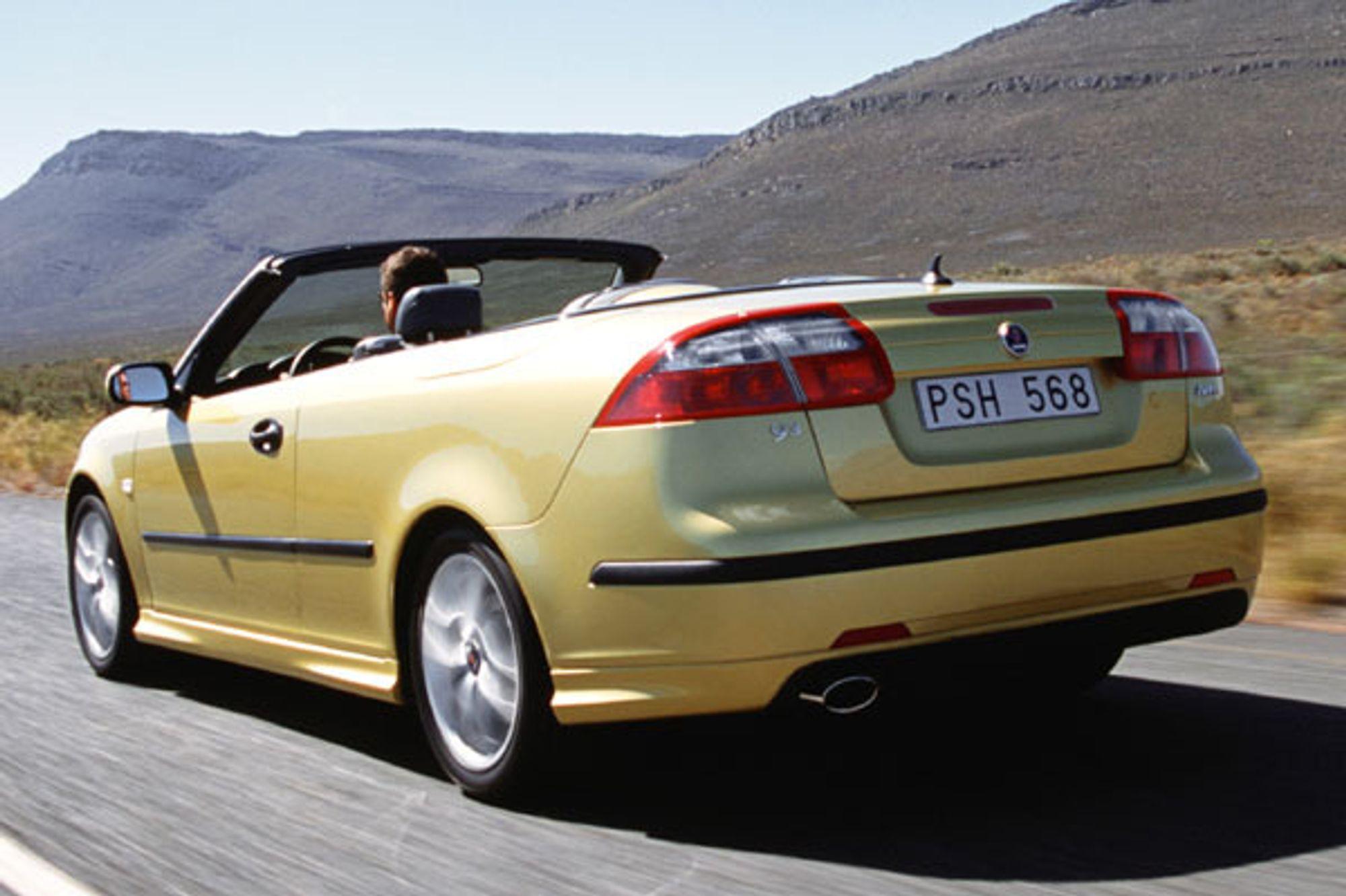 LUKTER SVIDD: Denne Saab'en kan kjøre på ren sprit, dvs. bioetanol laget av granflis. Merkelig nok lukter det ikke noe spesielt når du kjører bak den. Vi har prøvd bilene på veiene utenfor Trollhättan; bilen går fælt men stinker ikke.