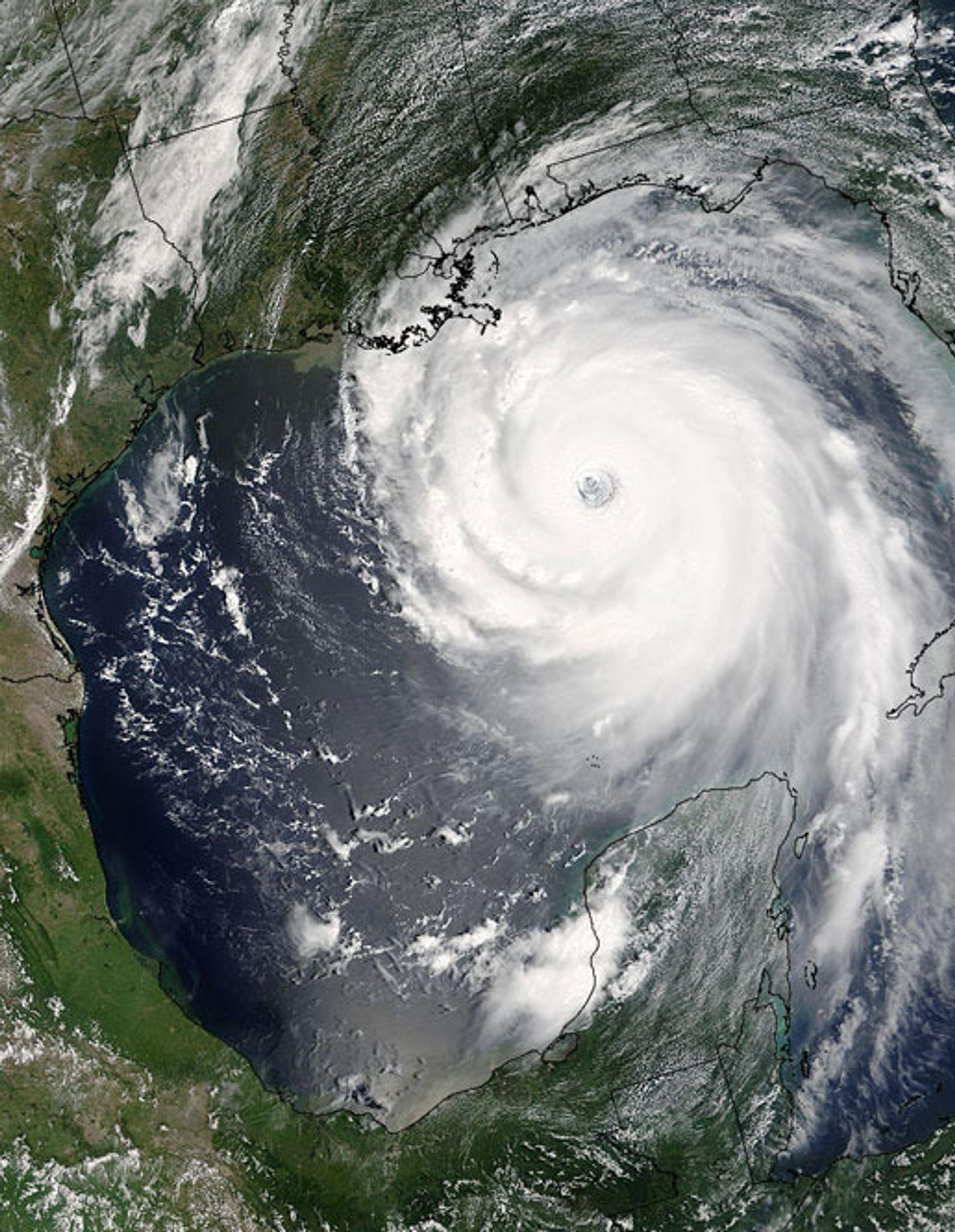 Orkanen Katrina på vei inn mot kysten av Louisiana og byen New Orleans. Orkanen ble her kategrosiert som Orkan styrke 4. Bildet er tatt søndag, og mandag traff Katrina byen.