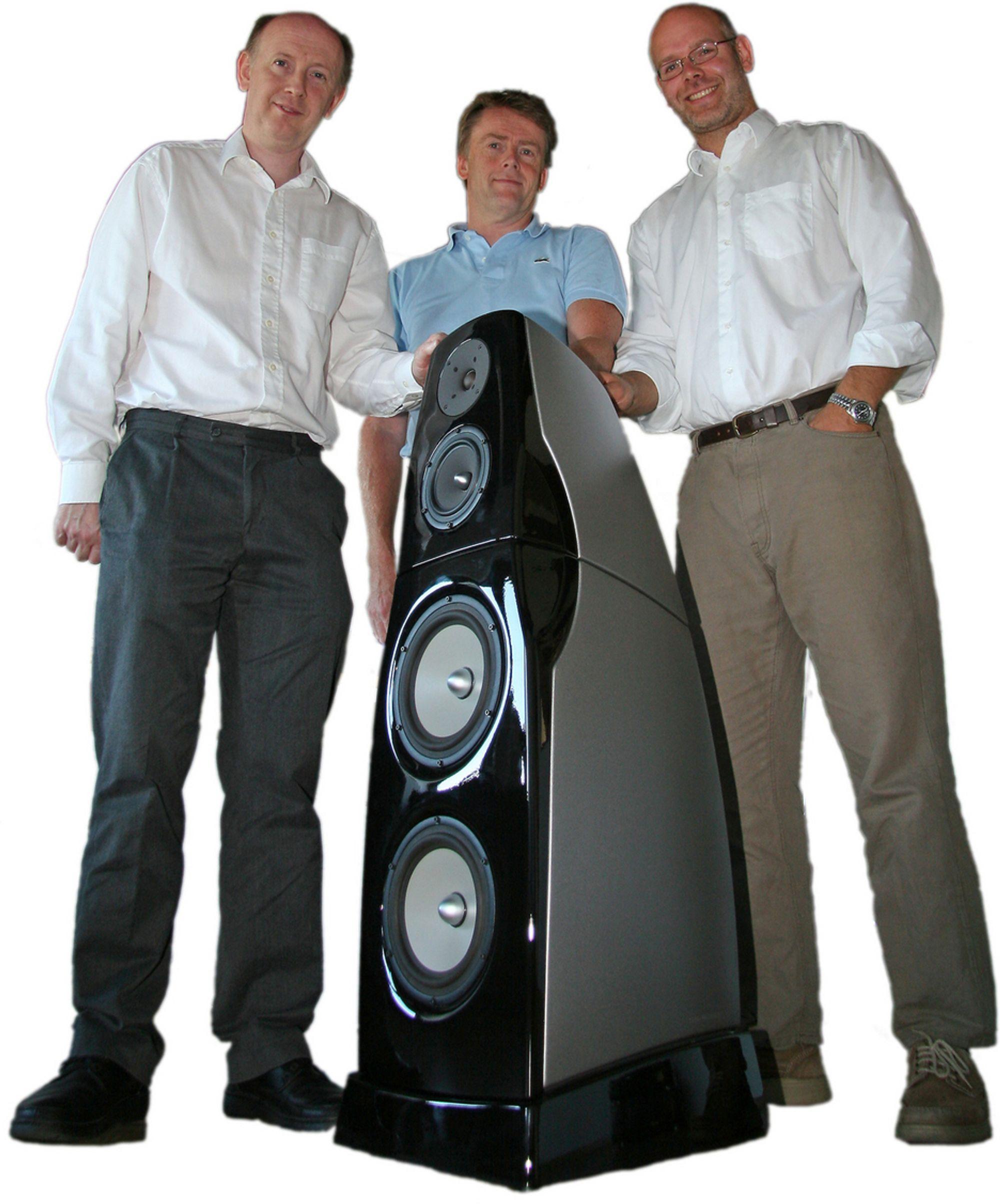 SKAPT NYTT: Akustikkspesialist Mike Newman, ekspert på aluminiumsstøping Trond Gewelt og ingeniørbedriften Adigo, ved Øyvind Overskeid og Sigmund Øvereng (ikke på bildet), har gått sammen om å skape lyd i verdensklasse. Selve høyttaleren er en ganske massiv sak som står på en sokkel med delefilteret. I midten er bassmodulen med to høyttalerelementer og øverst en modul for diskant og mellomtone.