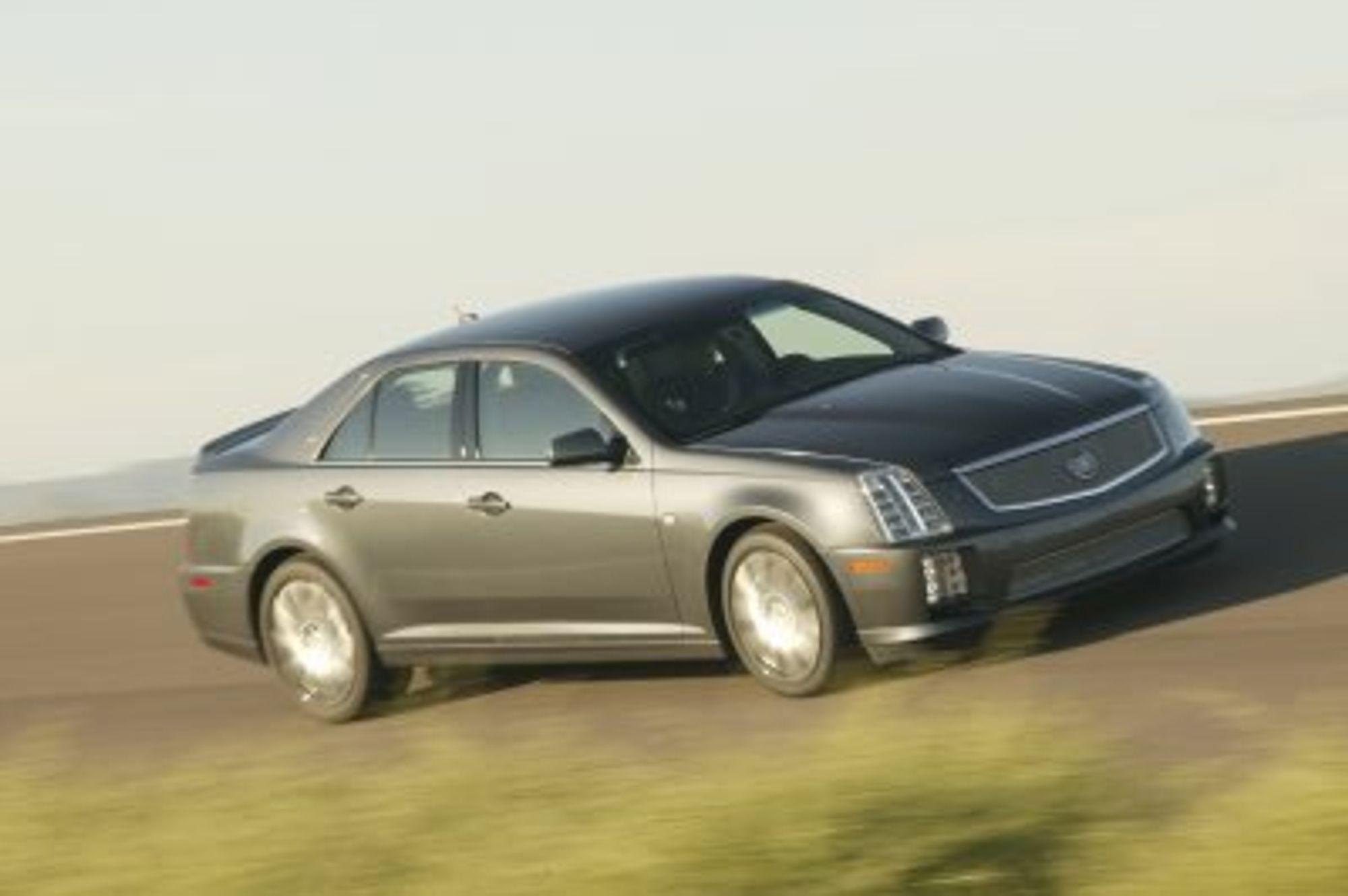 TOTONNS: To tonn jern og stål, kompressormatet V8-motor på 500 hk og 775 Nm moment er det i jubileumsutgaven av Cadillac STS, men bilen er 100% amerikansk og viser lite av den fremtidsteknikk som bl.a. EU vil komme til å kreve - ikke minst m.h.t. lavere utslipp og økt resirkuleringsgrad.