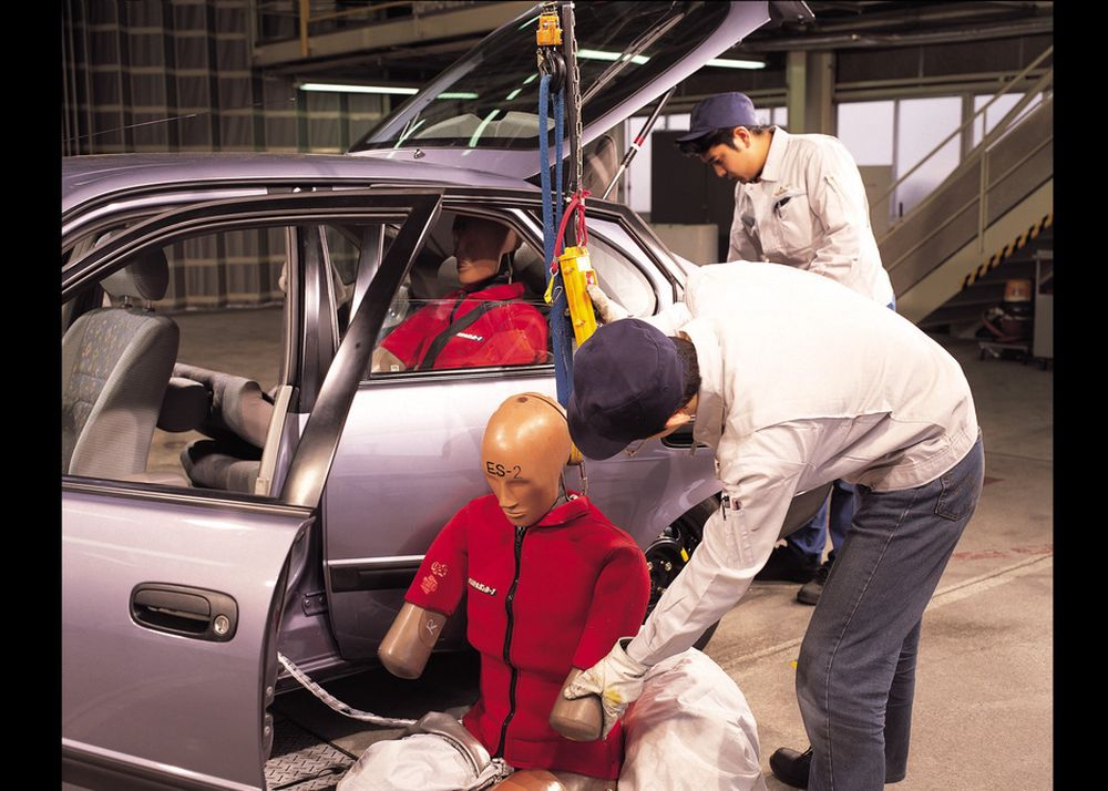 SNILLERE: Forsøk med dukker viser klart at Toyotas nye vertikaldelte kollisjonsputer har skadereduserende effekt.