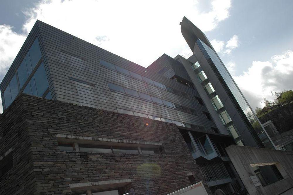 VÅTE BERGENSERE: Regnet trenger inn gjennom vegger, tak og vinduer på prestisjebygget for biologiske basalfag i Bergen. FOTO: JARLE SKOGLUND