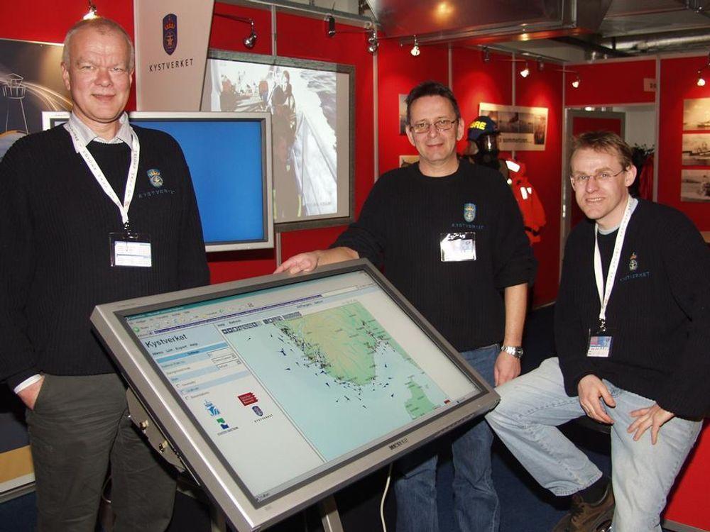 SER SKIPSTRAFIKKEN: Disse karene fra venstre Arne Sandvik, Frank Lauritzen og Marti Zeiffert kunne vise frem det landekkende AIS-nettverket som ble offisielt åpnet 1. mars.