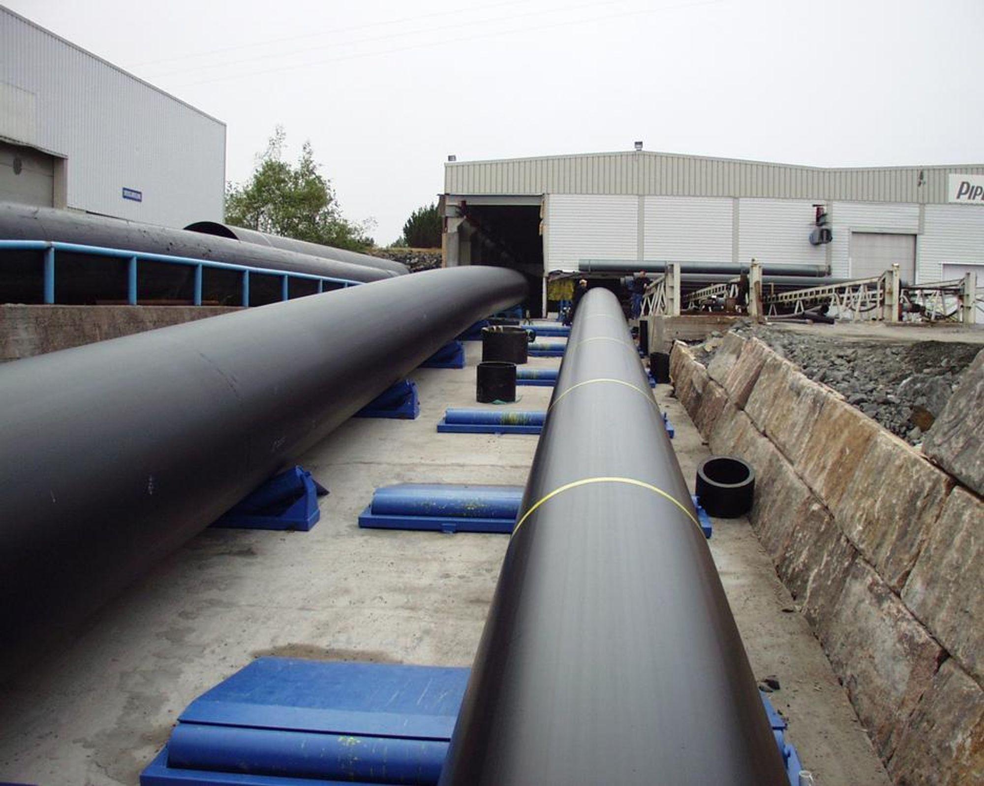 TRYKKRØR:Her er de store trykkrørene på vei ut av fabrikken til Pipelife Norge. FOTO: PIPELIFE NORGE