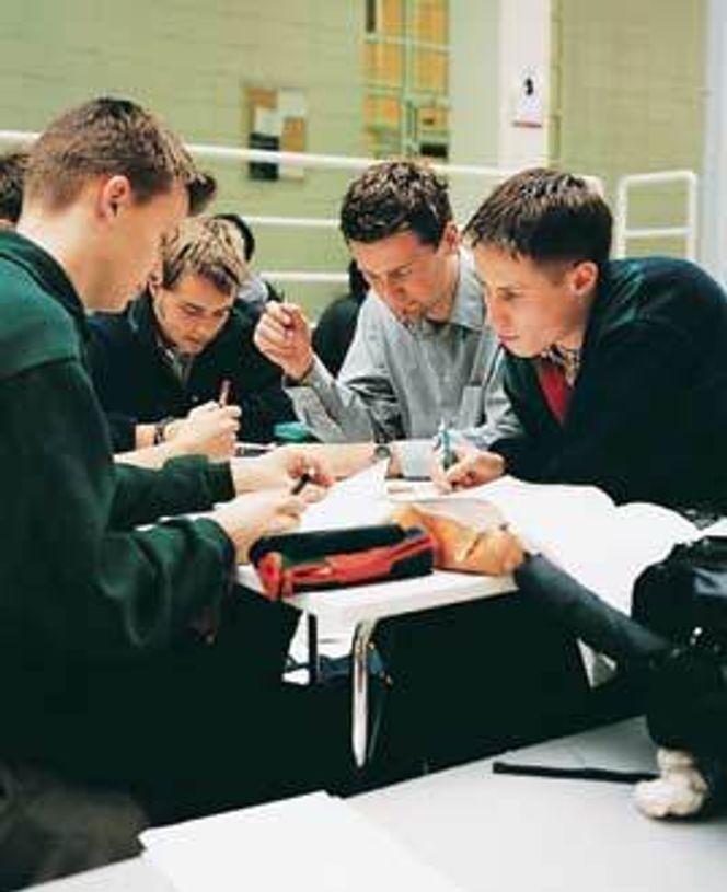 Arbeidslivet består ikke bare av fag - man må også kunne snakke om andre ting. Det kan man lære på kurs - i Danmark.