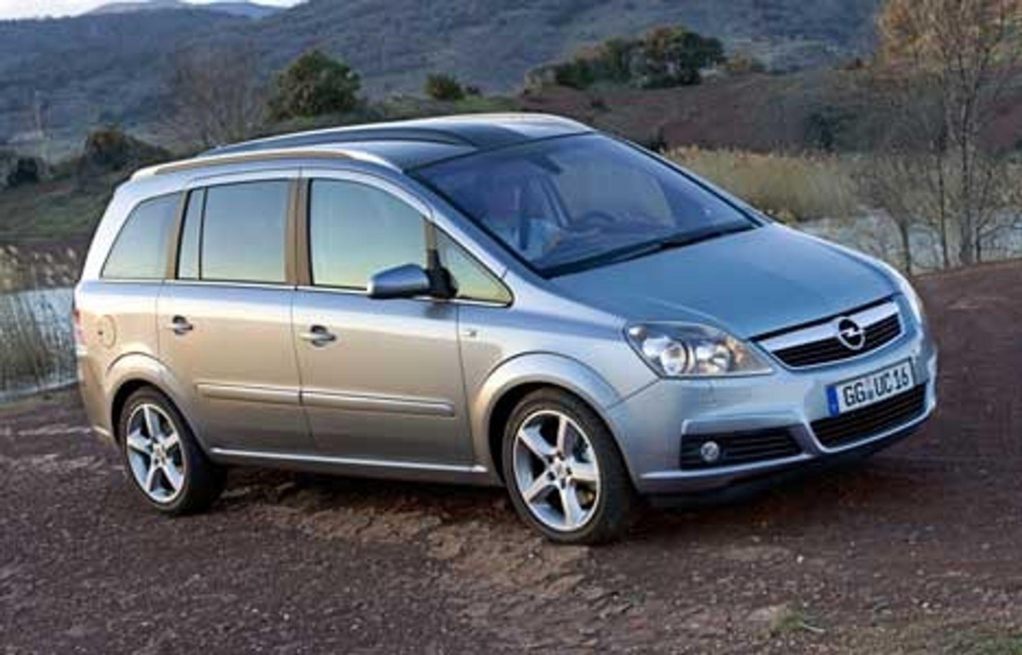 Opel har pusset opp sin lille syvseter Zafira. Den kommer til Norge i august. Bilen leveres med syv motoralternativ, fire bensin- og tre dieselvarianter fra en 1.6 liter til 2.2, 100 hk/74 kW til 200 hk/148 kW. FOTO: GM