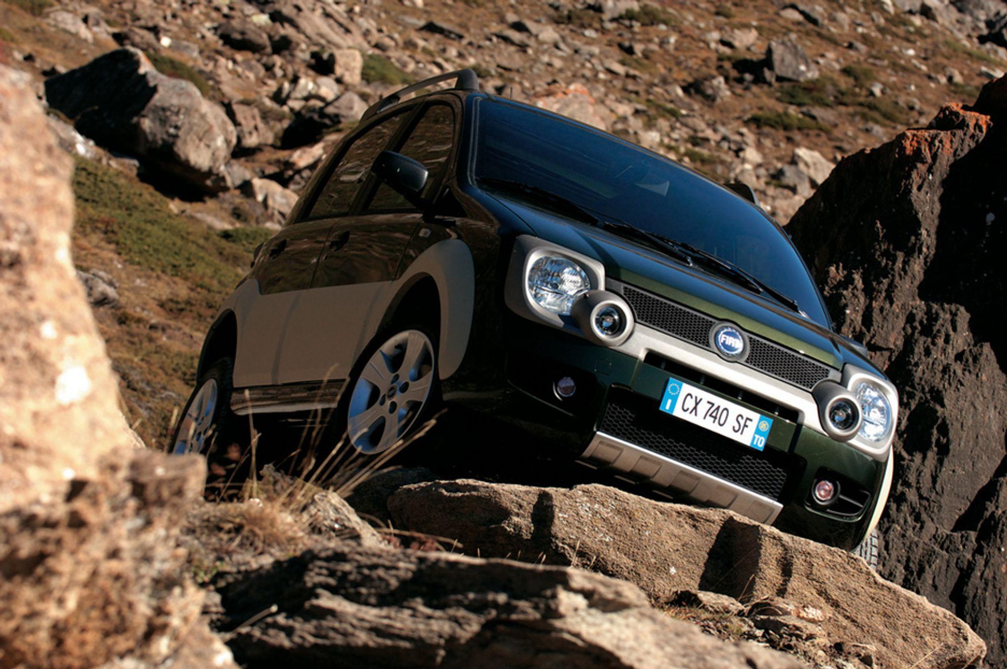 NY FJELLGEIT: Selv om den bare har en 1,3 liters motor er dreiemoment og drivsystem så godt tilpasset at fjellklatring ikke er det store problemet. Bilen heter Fiat Panda Cross og er et nytt eksempel på satsingen som Torino-fabrikken nå gjør.