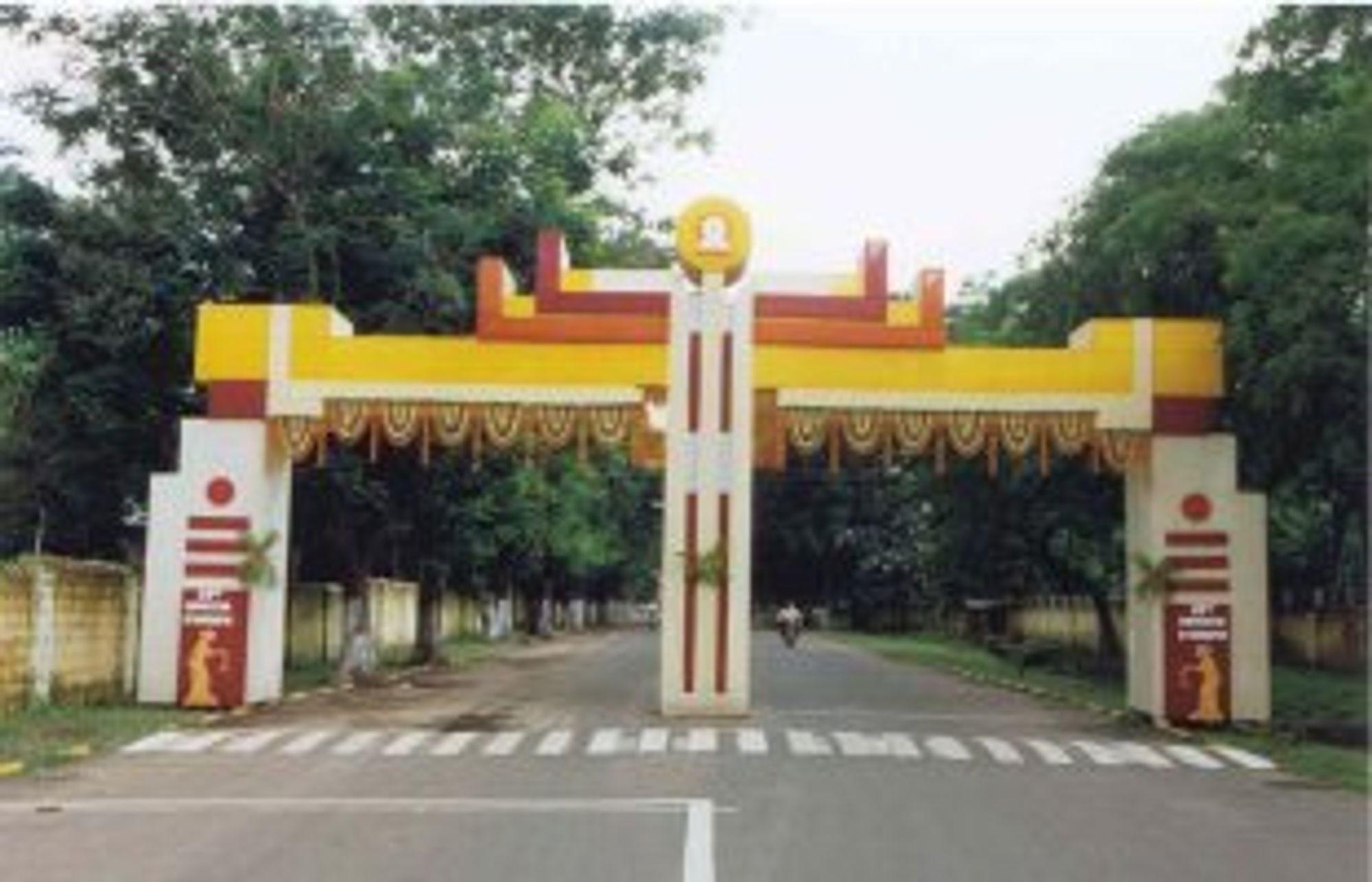 Inngangsparetiet til universitetet Kharagpur likner lite på Gløshaugen. Foto: Universitete i Kharagpur