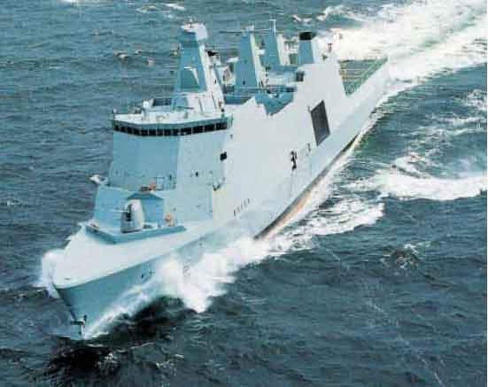 SPRAKK: Den nye danske fregatten Absalon måtte nylig inn til reparasjon: Ballasttankene var feilkonstruert og vibrerte i stykker da maskinene gikk. FOTO SØVÆRNET