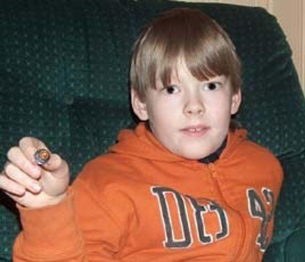 Alexander Solbakken viser stolt fram beviset på at han klarte eBorgertesten i 2004. Den da ni år gamle Alta-gutten er den yngste eBorgeren i landet.