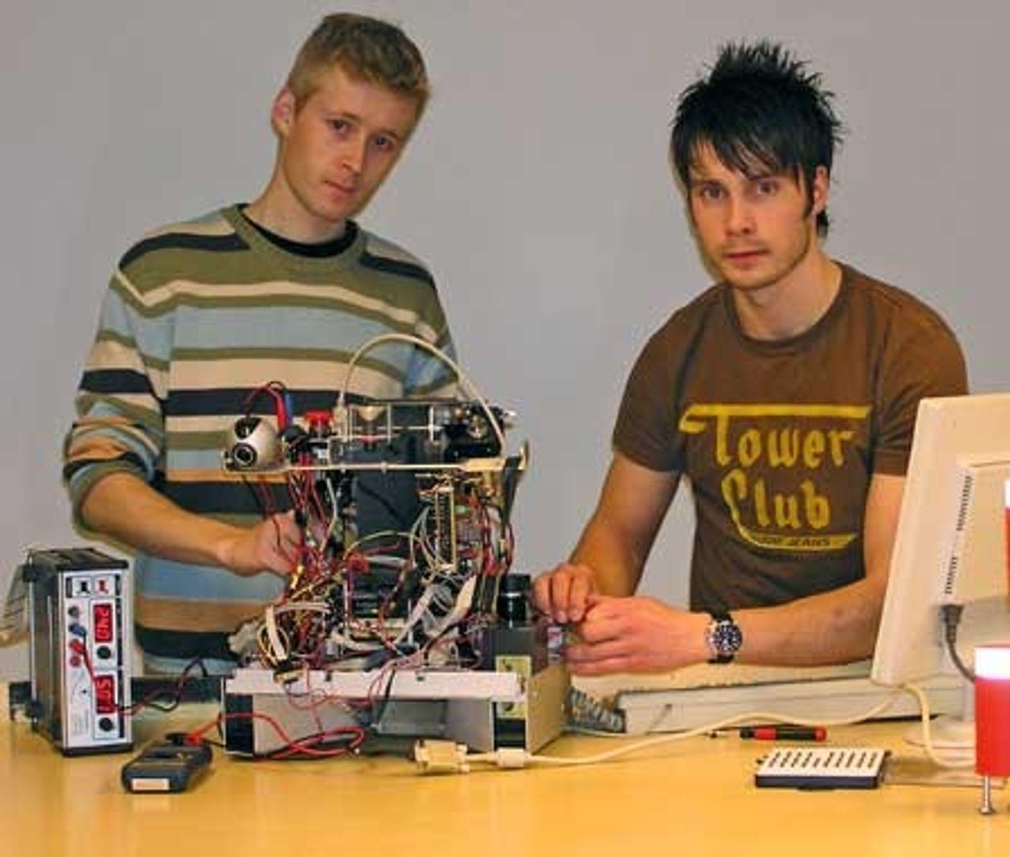 ROBOTKONSTRUKTØRER: Jonas Aamodt Moræus til høyre og Torstein Valvik bygger den norske konkurranseroboten. Begge skriver diplomoppgave om roboten, ved Institutt for teknisk kybernetikk, studieretning navigasjon, fartøystyring og robotteknikk.