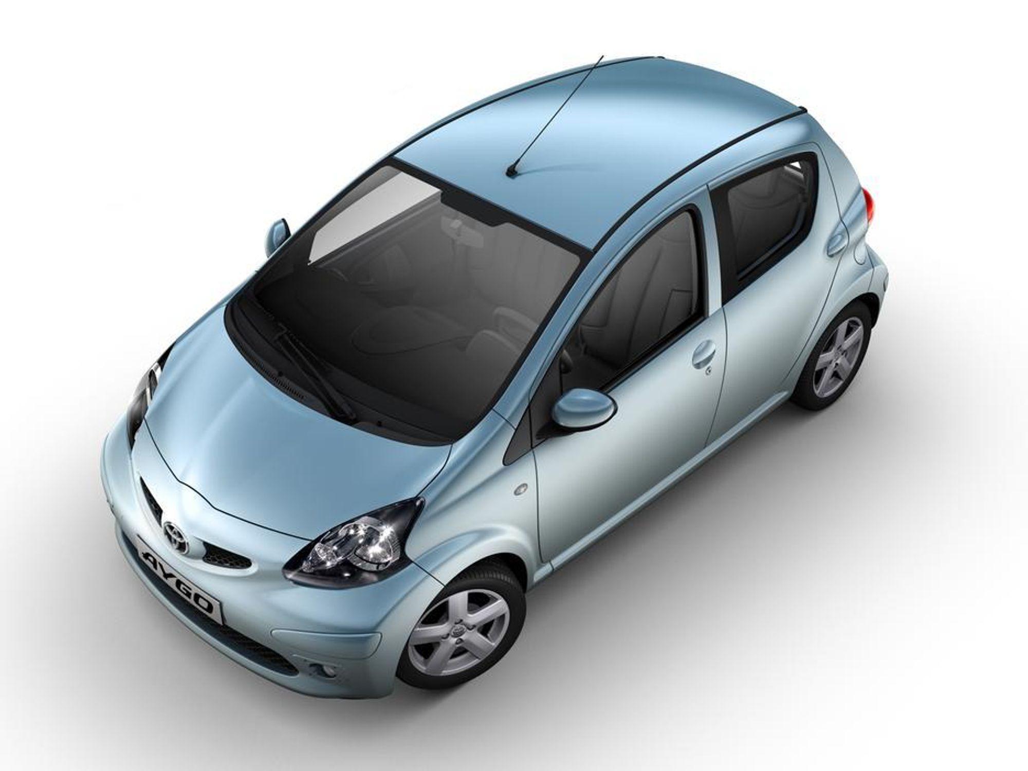 KNØTT: Nye Toyota AYGO er bare 3405 millimeter lang men sies likevel å være laget for unge europeiske voksne. Den låser opp når du nærmer deg med riktigkort i lomma.