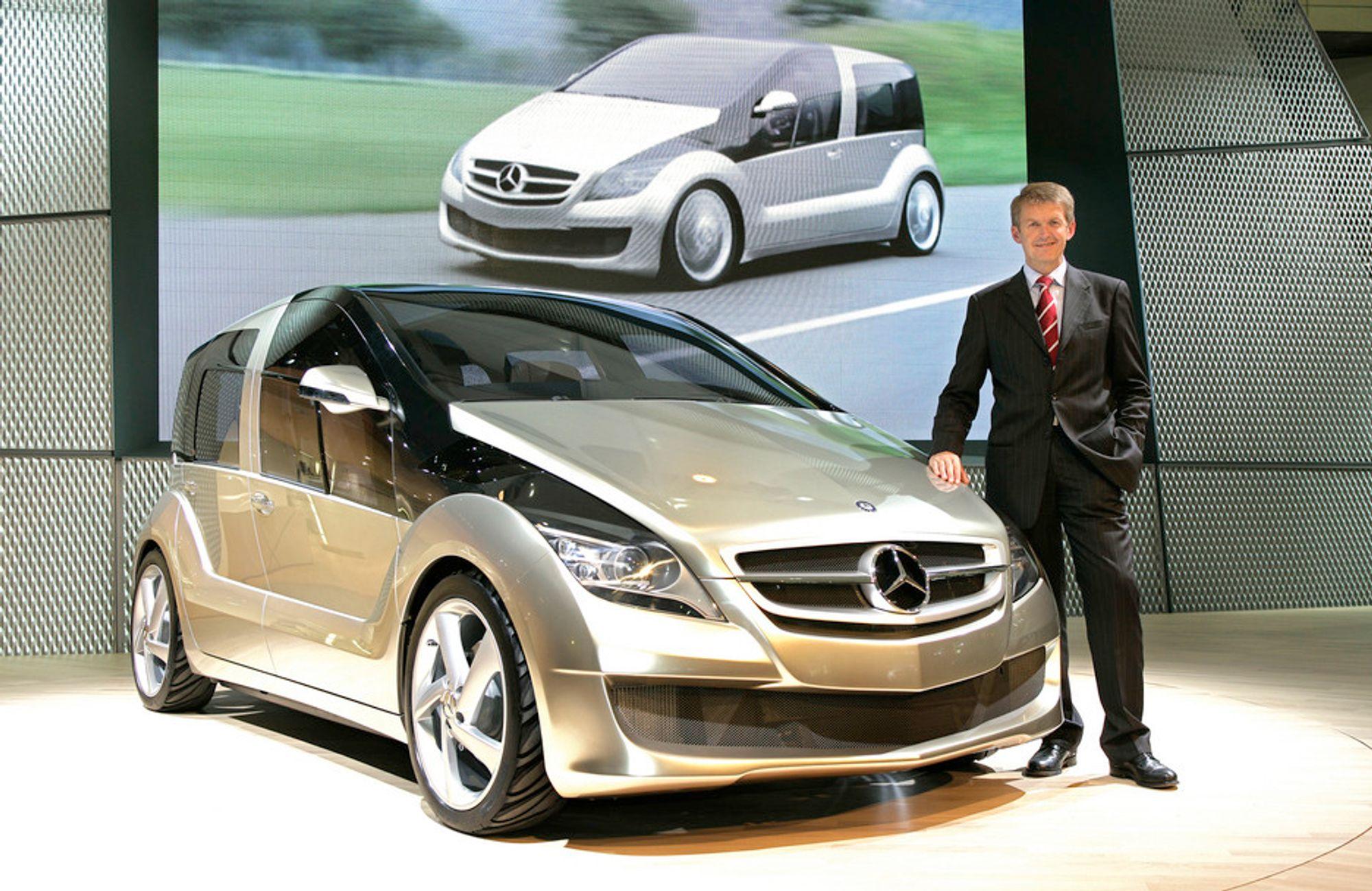 KONSEPT: Professor doktor Thomas Weber er sjef for all utvikling i DaimlerChrysler. Under Tokyo Motor Show viste han frem selskapets nyeste konseptbil, en hydrogendrevet affære på 85 kW og 350 Nm, med forbruk tilsvarende 0,29 liter diesel pr mil.
