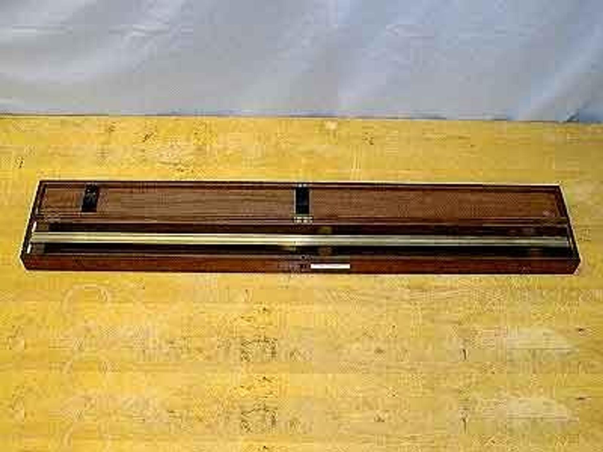 En kopi av platina-irridium-barren som definerer den nøyaktige meteren. Arkivfoto