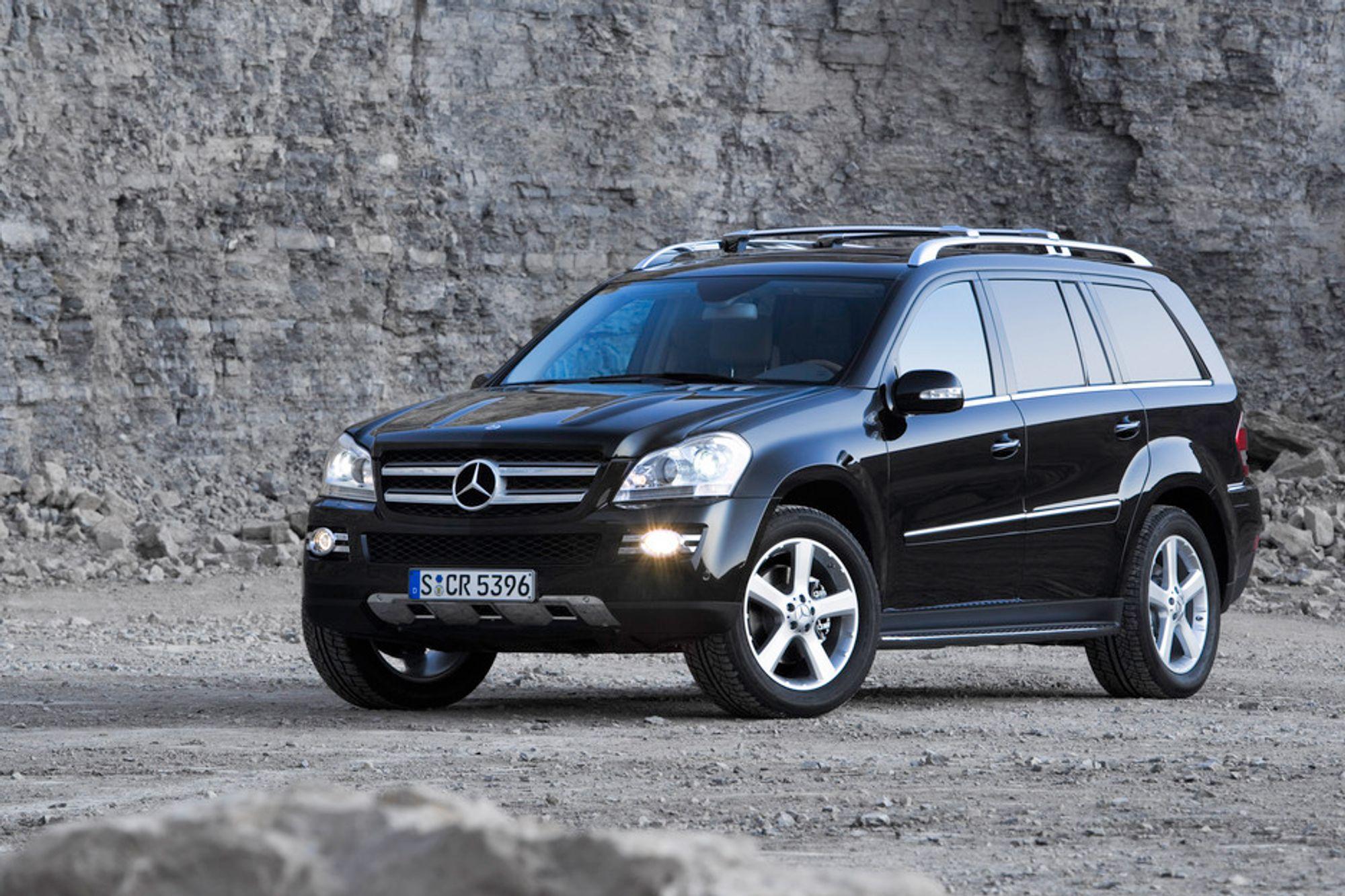 KRAFTIG: Nye Mercedes GL er fem meter lang og to meter bred og veier to tonn. Den skrever elegant over en bekk med vanndyp 600 millimeter og klatrer gjerne i en 45 graders skråning - men beskatningen av effekt gjør bilen temmelig kostbar.