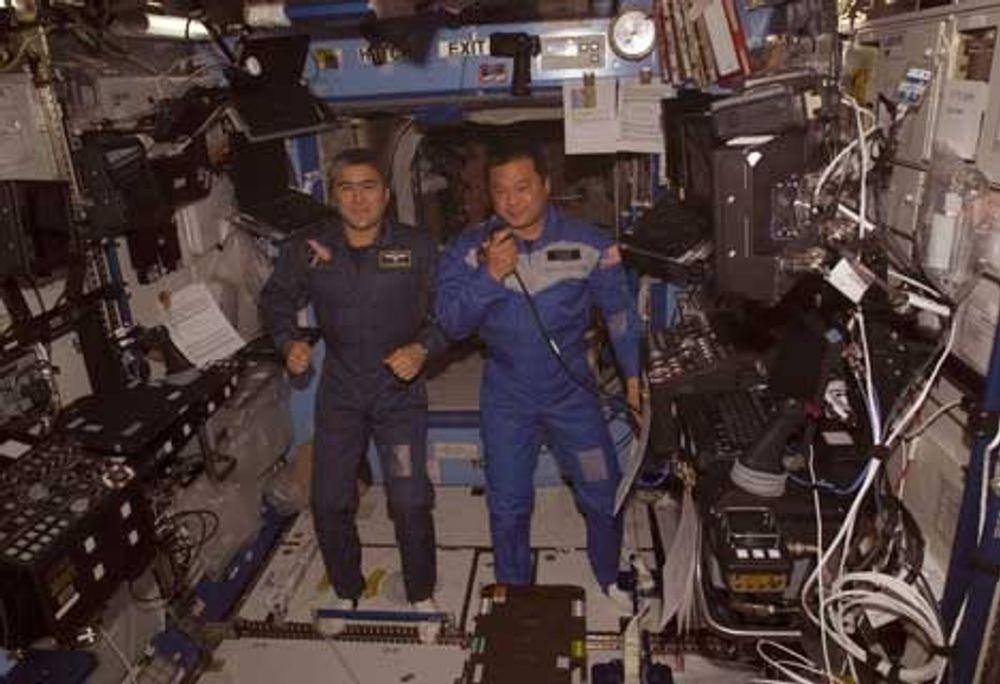 TRYGGE: Astronautene på Den internasjonale  romstasjonen - russeren Sharipov (til venstre) og amerikaneren Chiao  - er ganske trygge inni stasjonen under solstormer. BILDE: NASA