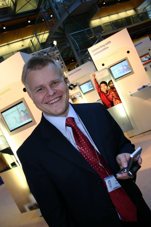 NETTVERK OG TERMINALER: Siden Nokia er både leverandør av nettverkprogramvare og terminaler gleder Kai Sahala seg over at 3G har begynt å ta av. Selv fornøyer han seg med Nokias nyeste videotelefon N 90.