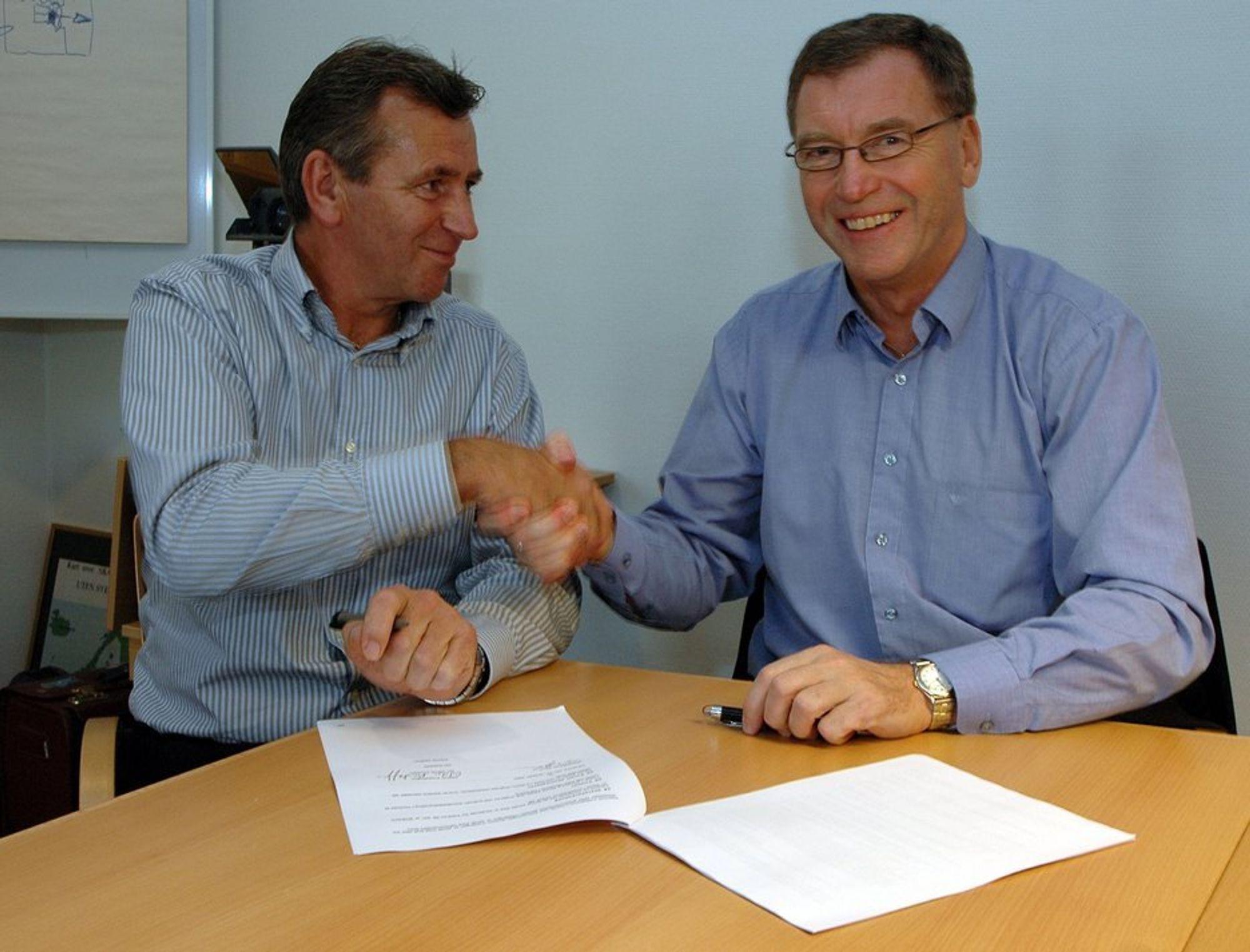 I BOKS: Oddvar Kristoffersen, til venstre, og Terje Andersen i AnoxKaldnes regner med å styrke begge bedriftene etter oppkjøpet.