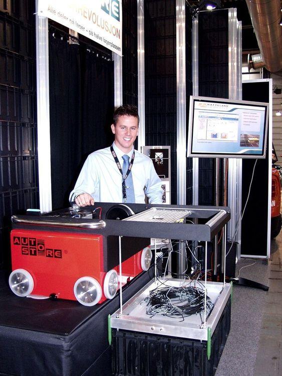 BRAGD 2004: I fjor kåret våre lesere Autostore kompaktlager til Årets ingeniørbedrift. Roboten og lagringssystemet er produsert i Norge. Salgskonsulent Håvard Hallås i firmaet Arkiv og Lager viser systemet.