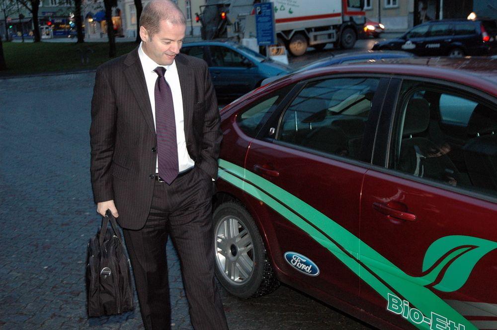 PÅ SPRIT: Statsråd Odd Roger Enoksen ankom Trondheim i en Ford Focus som går på 85 prosent sprit. - Den går helt fint, sier han.