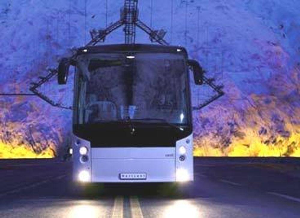 FRA MOSS: Den nye norske bussen Vest Horisont er formgitt ved Moss-selskapet Hareide Designmill. Her prøvekjøres den i en tunnel. FOTO: HAREIDE