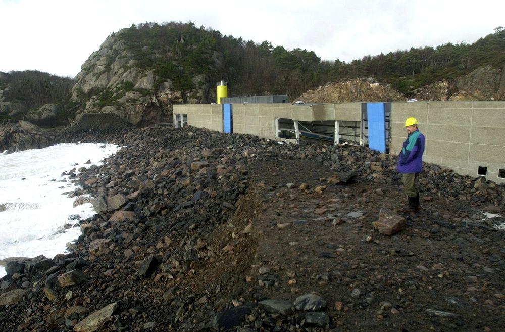 KOMMUNAL KATASTROFE: Moloen som skulle beskytte den nye fabrikken til Nor Element på Gismerøya var for dårlig prosjektert. Kostnadene steg fra 636 000 til nesten 41 millioner kroner. Mye for en steinfylling på 100 meter. FOTO: Kjartan Bjelland/Fædrelandsvennen