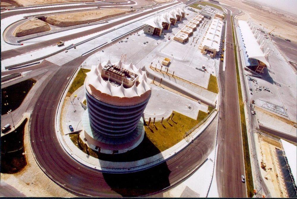 DUKTAK: Den splitter nye motorsportbanen utenfor Bahrains hovedstad Manama har skyggefulle tak laget av plastimpregnert glassfiberduk. FOTO: 3M