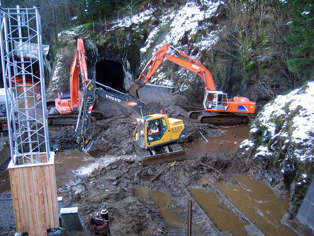 FORHINDRET ULYKKE:Bergensbanen ble stengt før dette raset gikk for tre uker siden fordi jernbaneverket bruker en ny prosedyre utviklet av Dr. ing Kjell Arne Skoglund og Geolog Roar Nålsund. Foto Jernbaneverket.